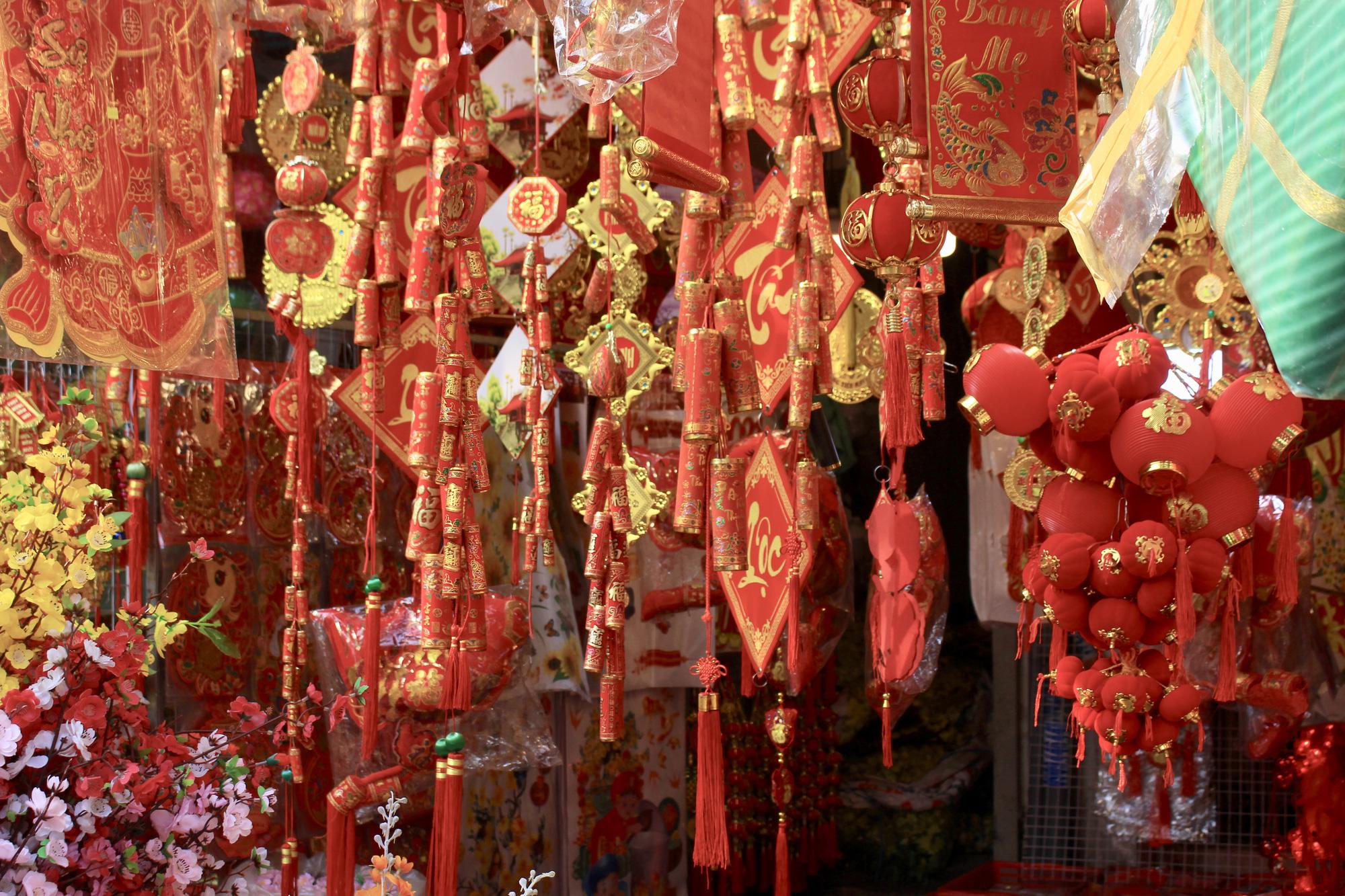 Giới trẻ check-in tuyến đường tết đỏ rực ở Sài Gòn, người bán vui vẻ nhưng tiết lộ điều này - Ảnh 8.