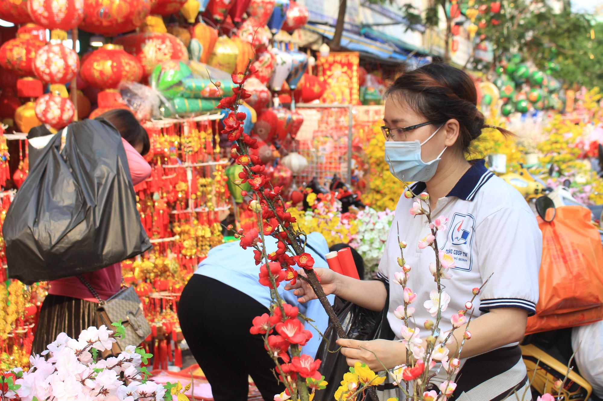 Giới trẻ check-in tuyến đường tết đỏ rực ở Sài Gòn, người bán vui vẻ nhưng tiết lộ điều này - Ảnh 10.