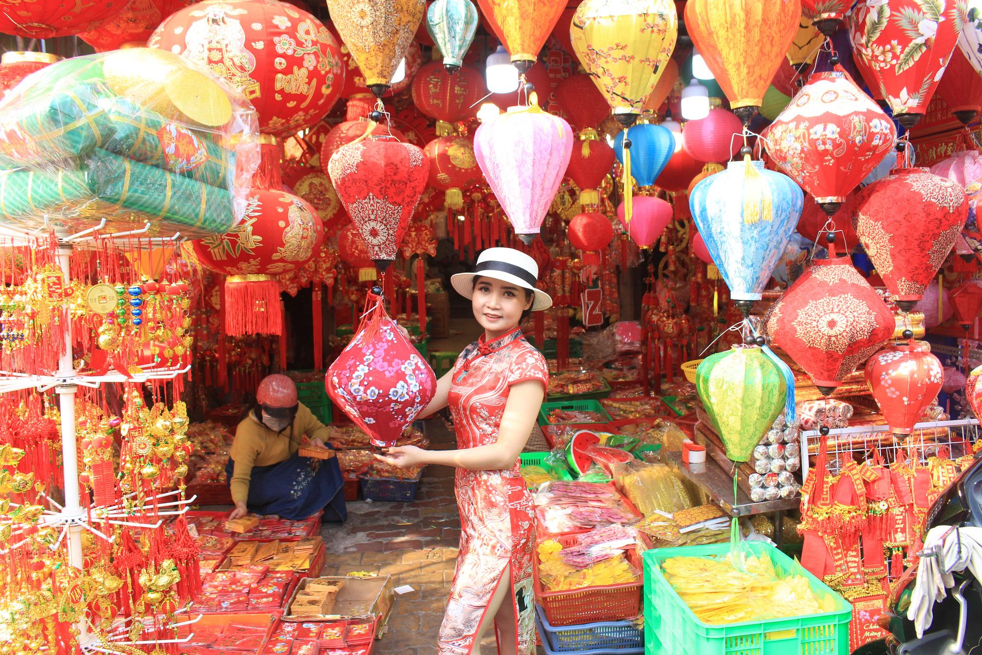 Giới trẻ check-in tuyến đường tết đỏ rực ở Sài Gòn, người bán vui vẻ nhưng tiết lộ điều này - Ảnh 6.