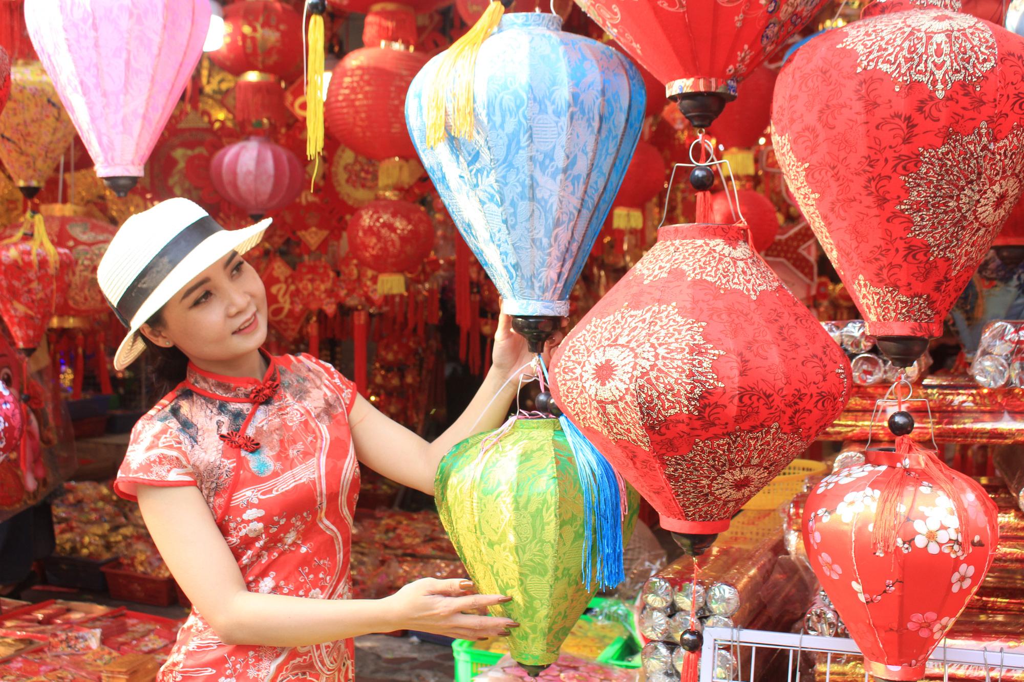 Giới trẻ check-in tuyến đường tết đỏ rực ở Sài Gòn, người bán vui vẻ nhưng tiết lộ điều này - Ảnh 5.