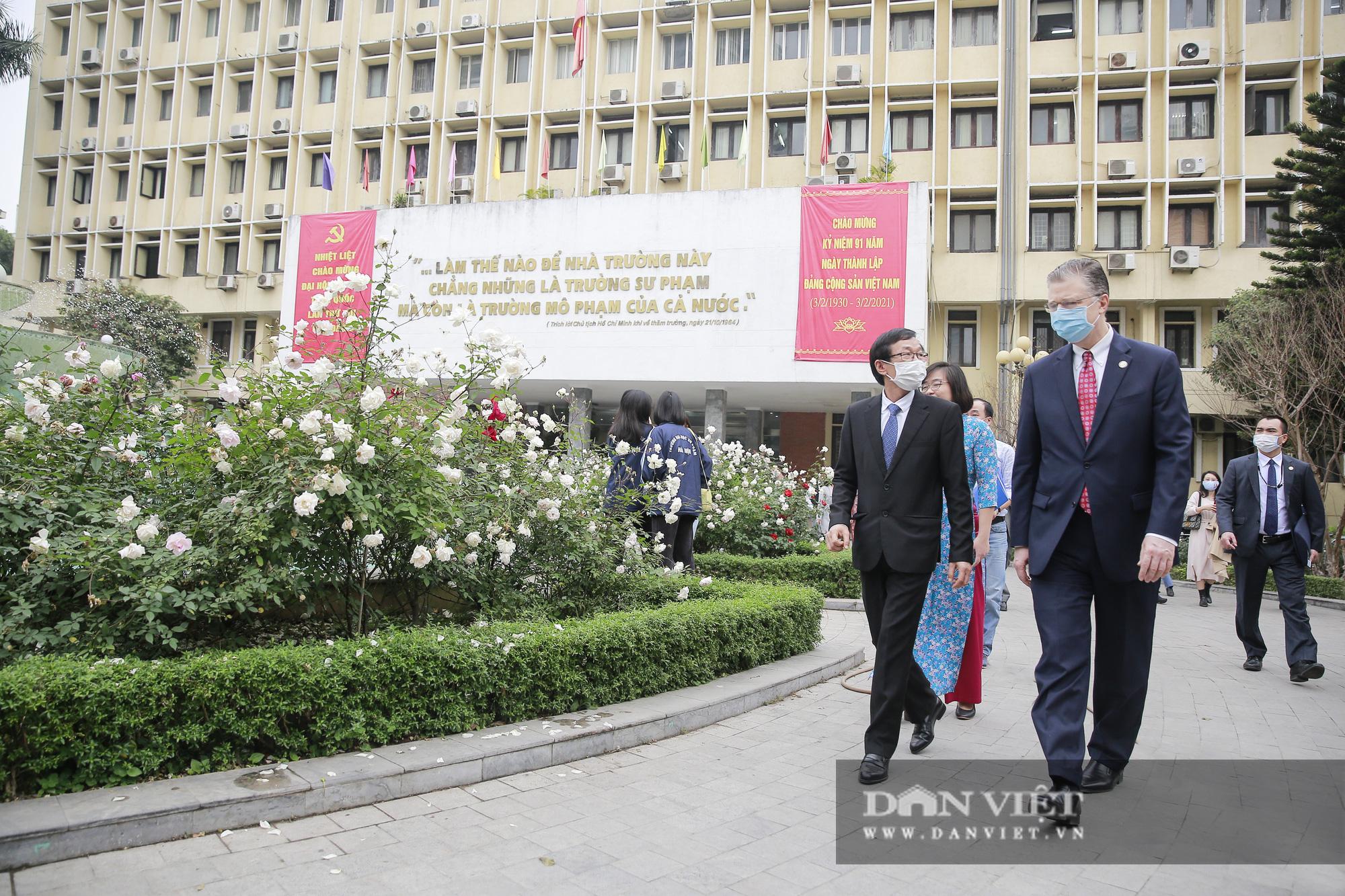 """Đại sứ Hoa Kỳ trao tặng cây đào đặc biệt tại nơi đào tạo ra những """"người lái đò"""" - Ảnh 7."""