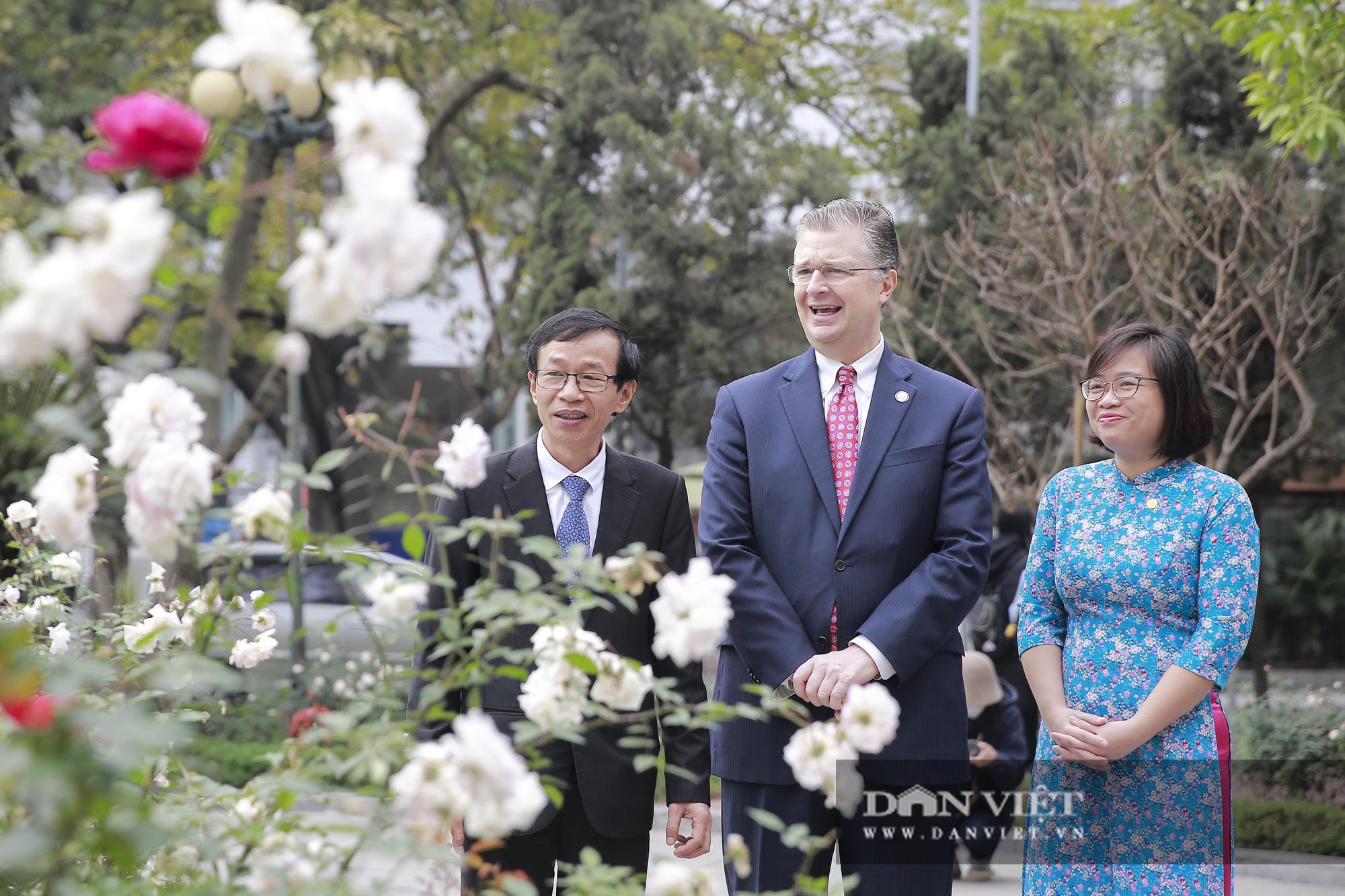 """Đại sứ Hoa Kỳ trao tặng cây đào đặc biệt tại nơi đào tạo ra những """"người lái đò"""" - Ảnh 8."""