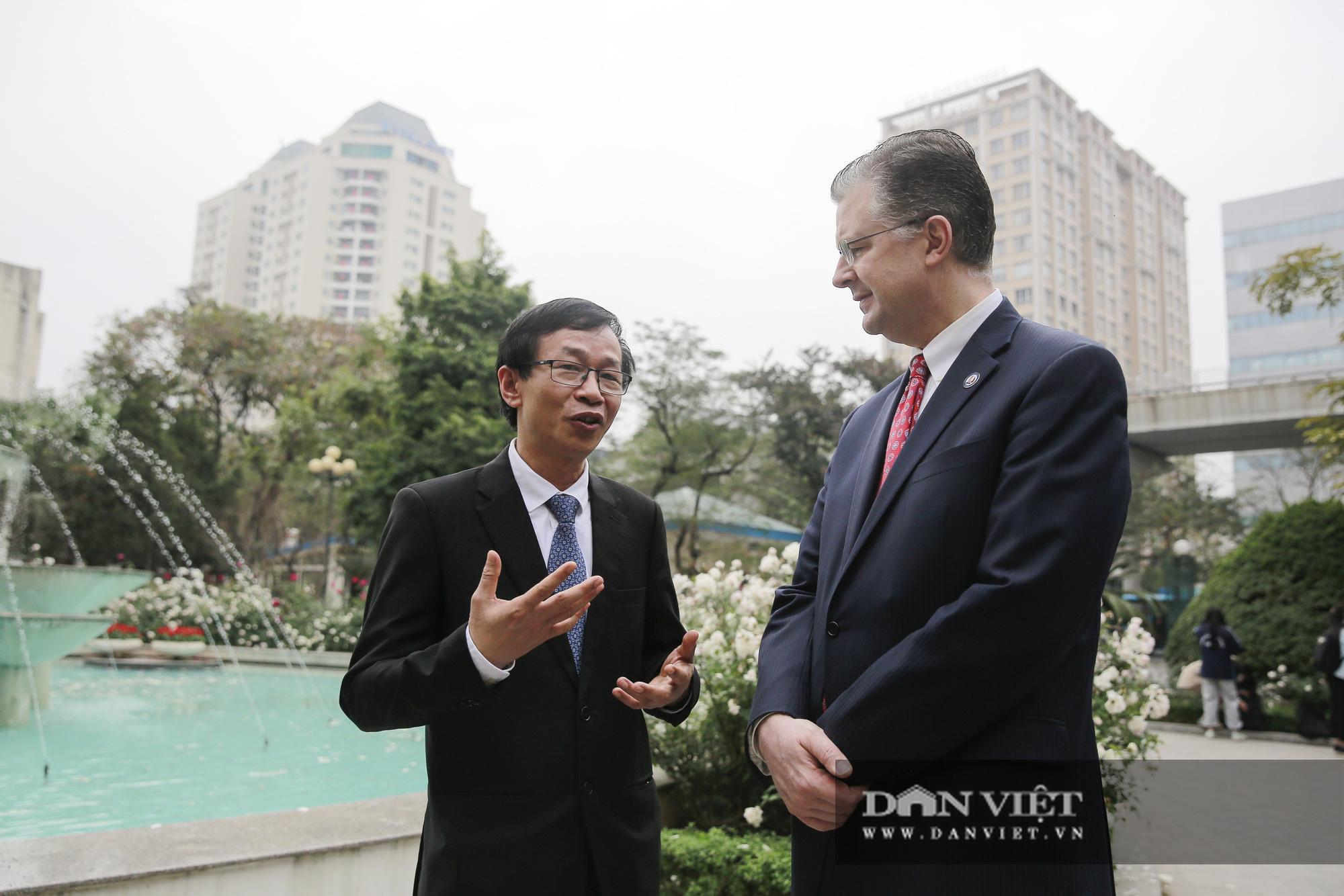 """Đại sứ Hoa Kỳ trao tặng cây đào đặc biệt tại nơi đào tạo ra những """"người lái đò"""" - Ảnh 9."""