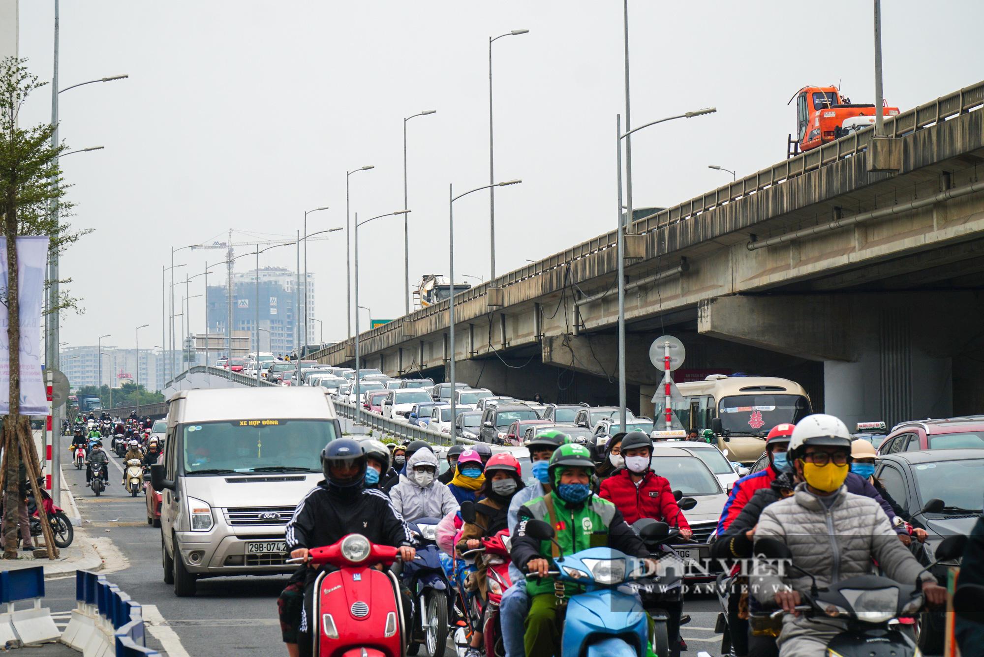 Cửa ngõ Thủ đô ùn tắc gần chục cây số sau khi kết thúc kỳ nghỉ Tết Dương lịch - Ảnh 11.