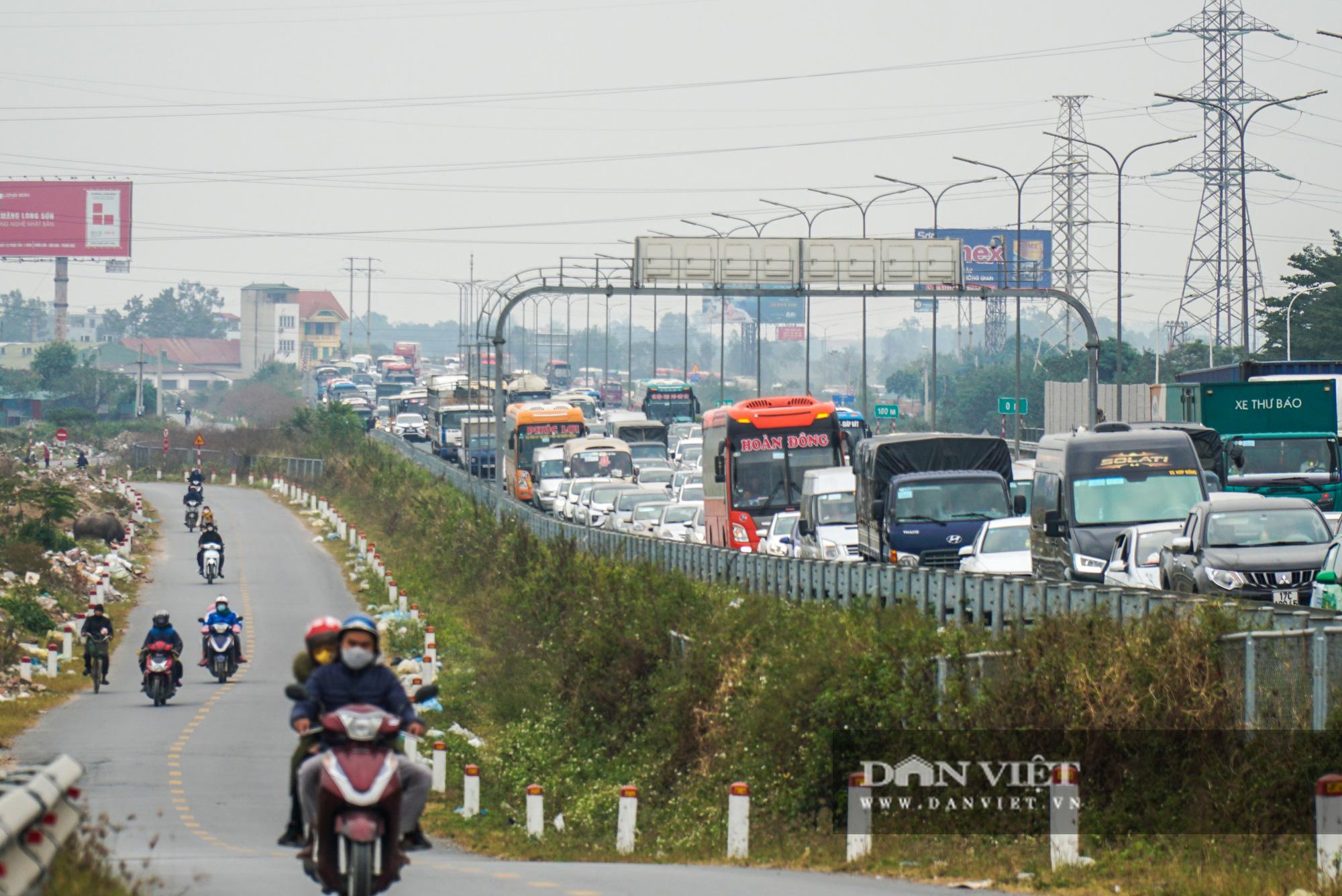 Cửa ngõ Thủ đô ùn tắc gần chục cây số sau khi kết thúc kỳ nghỉ Tết Dương lịch - Ảnh 4.