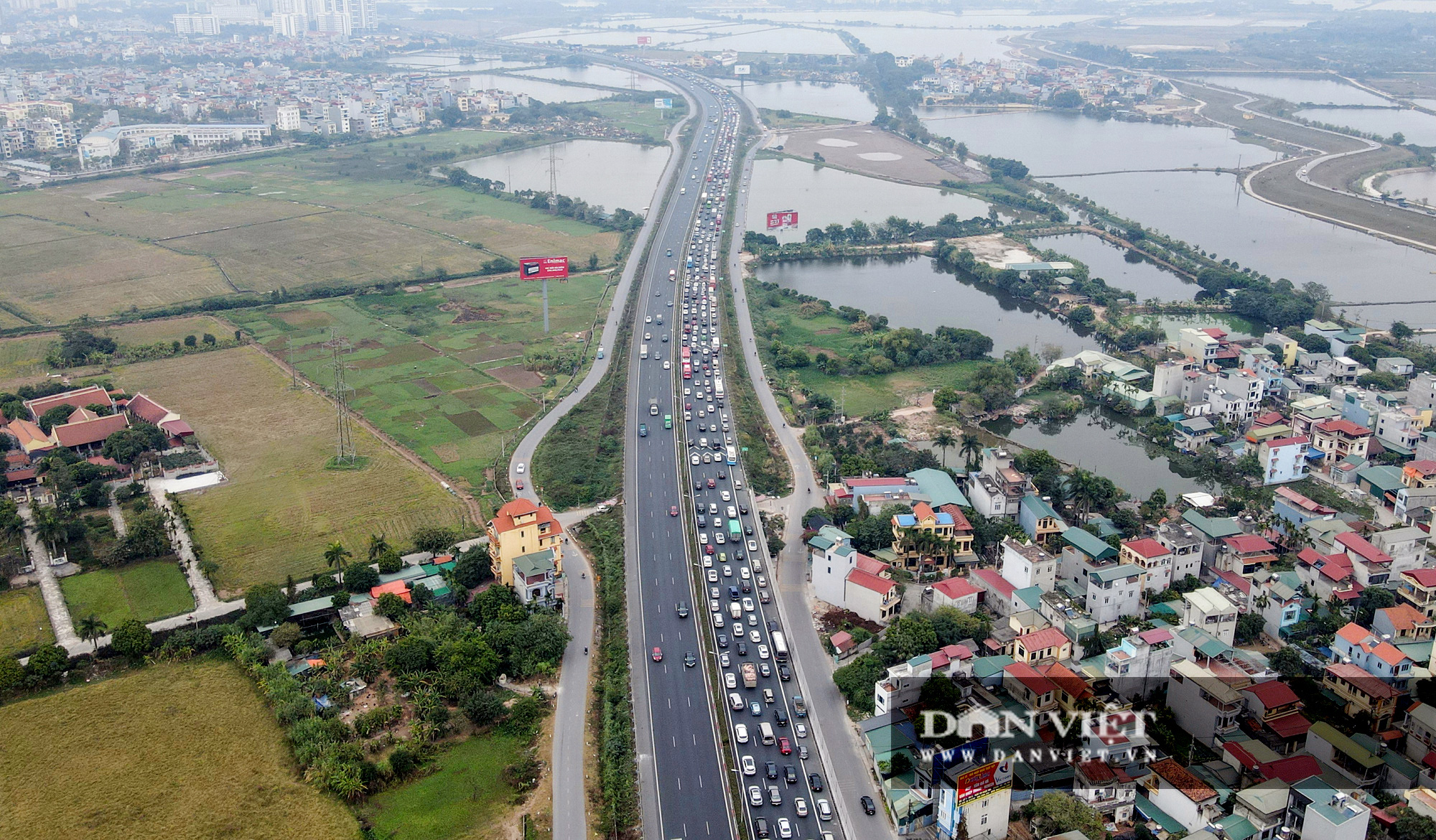 Người dân ùn ùn trở lại Thủ đô sau Tết Dương lịch, cửa ngõ ùn tắc gần 10 km - Ảnh 2.