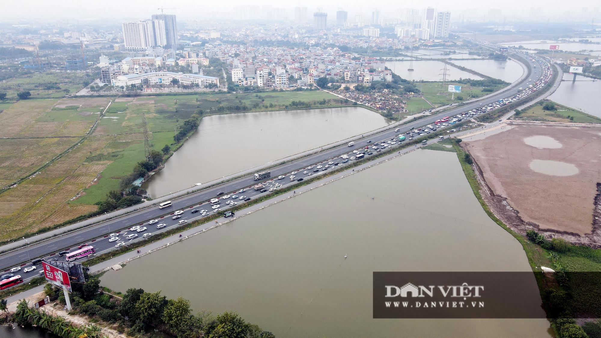 Người dân ùn ùn trở lại Thủ đô sau Tết Dương lịch, cửa ngõ ùn tắc gần 10 km - Ảnh 3.