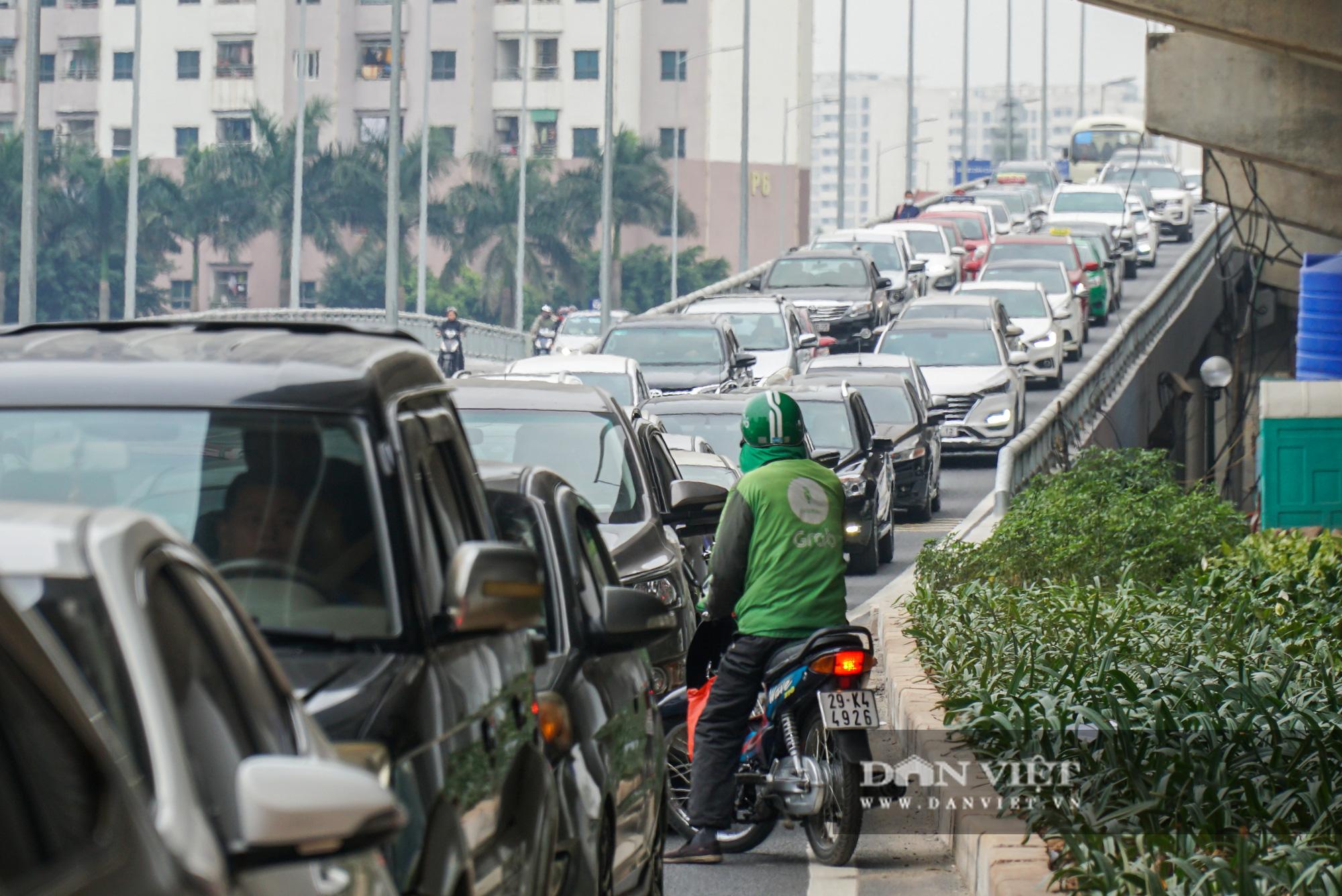 Cửa ngõ Thủ đô ùn tắc gần chục cây số sau khi kết thúc kỳ nghỉ Tết Dương lịch - Ảnh 12.