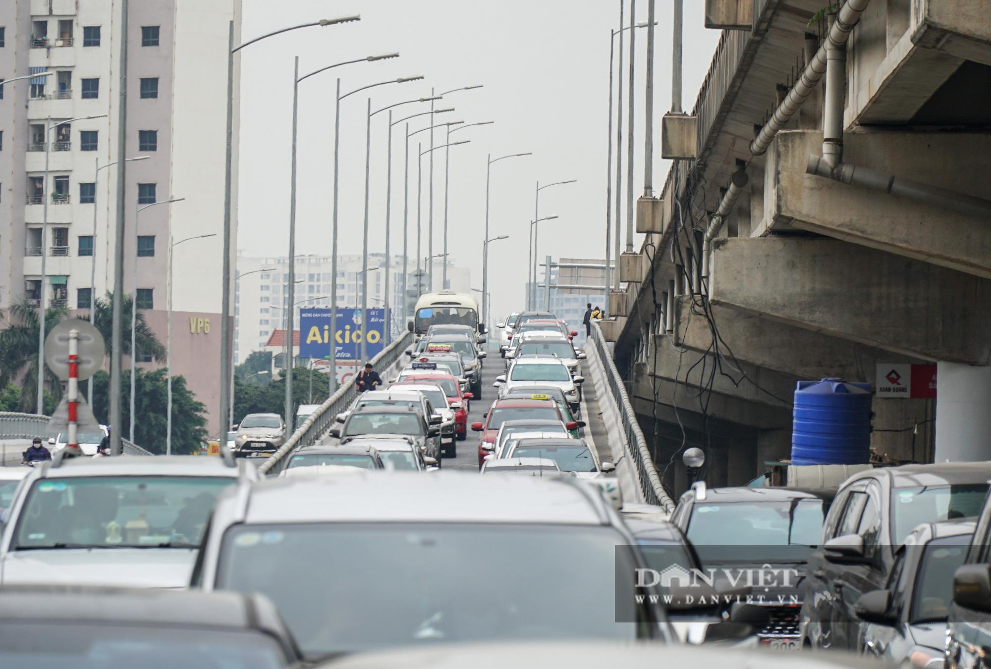 Cửa ngõ Thủ đô ùn tắc gần chục cây số sau khi kết thúc kỳ nghỉ Tết Dương lịch - Ảnh 14.