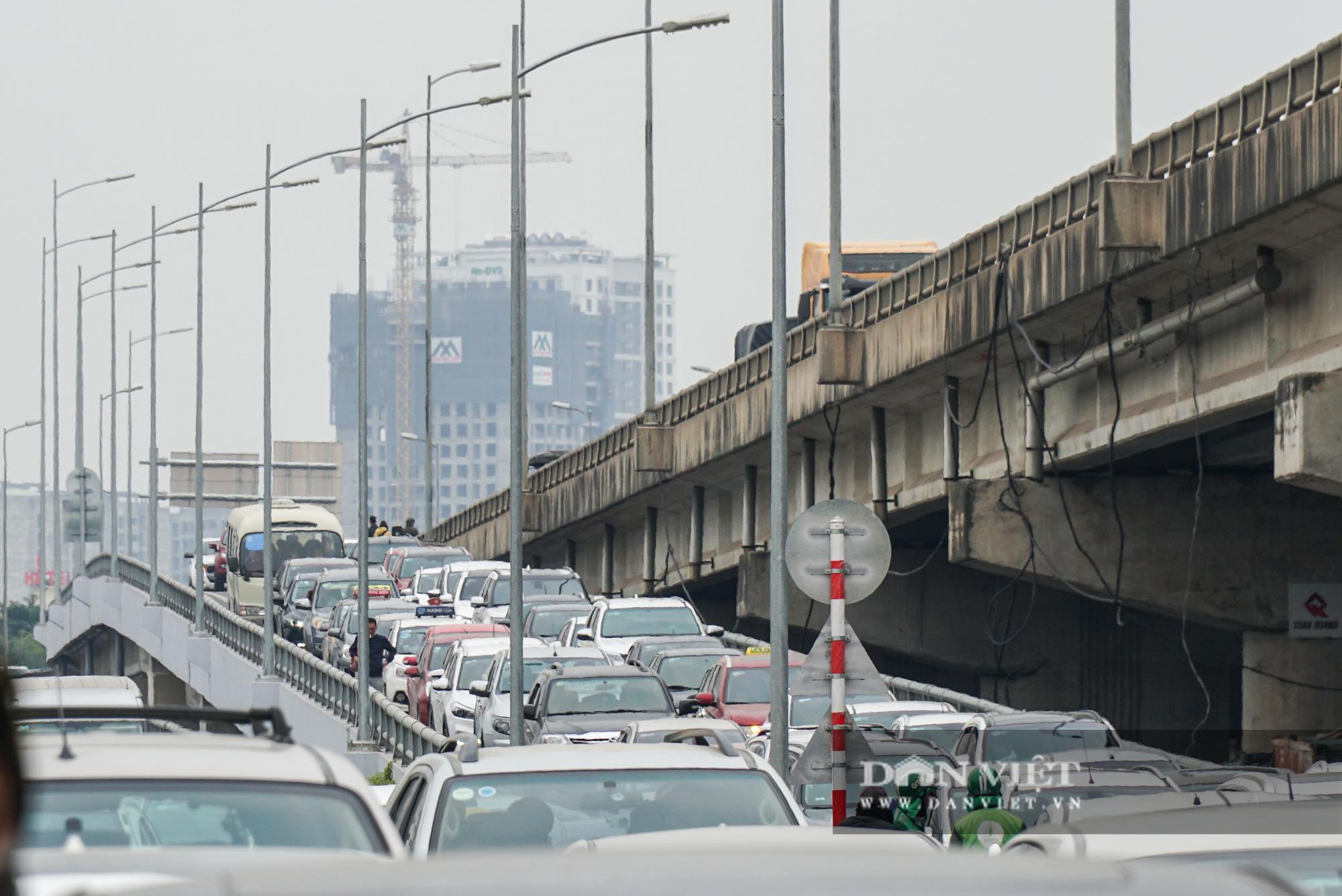 Cửa ngõ Thủ đô ùn tắc gần chục cây số sau khi kết thúc kỳ nghỉ Tết Dương lịch - Ảnh 10.