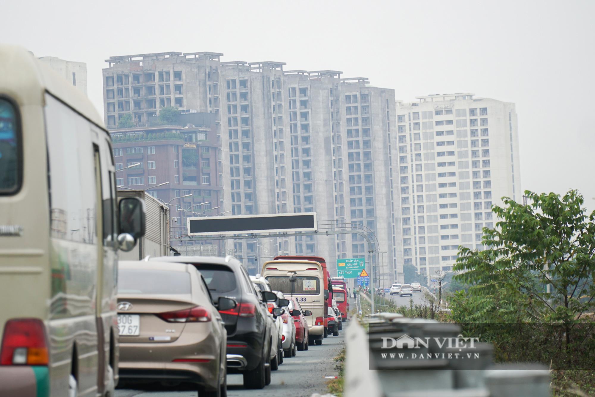 Cửa ngõ Thủ đô ùn tắc gần chục cây số sau khi kết thúc kỳ nghỉ Tết Dương lịch - Ảnh 6.