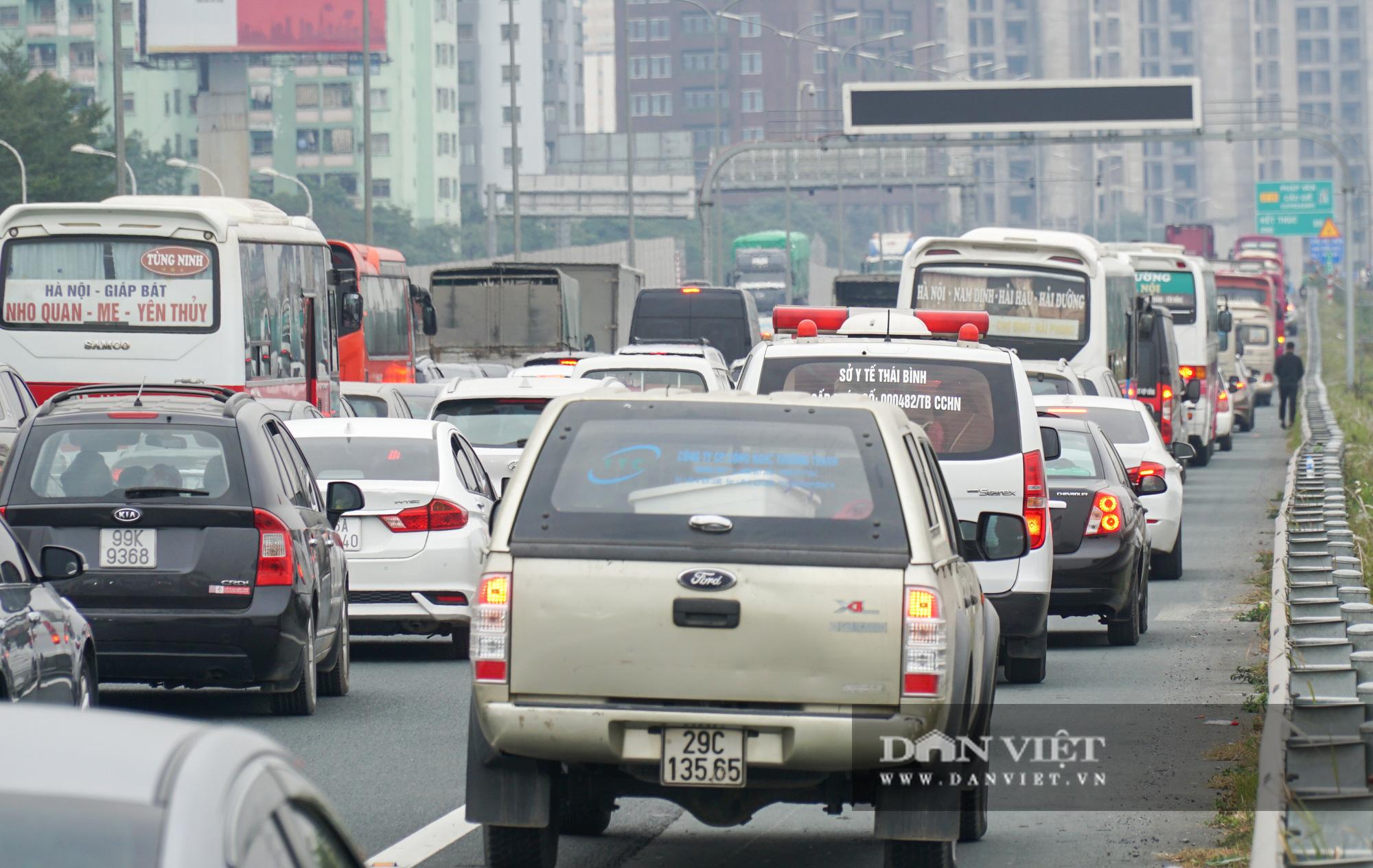 Cửa ngõ Thủ đô ùn tắc gần chục cây số sau khi kết thúc kỳ nghỉ Tết Dương lịch - Ảnh 9.