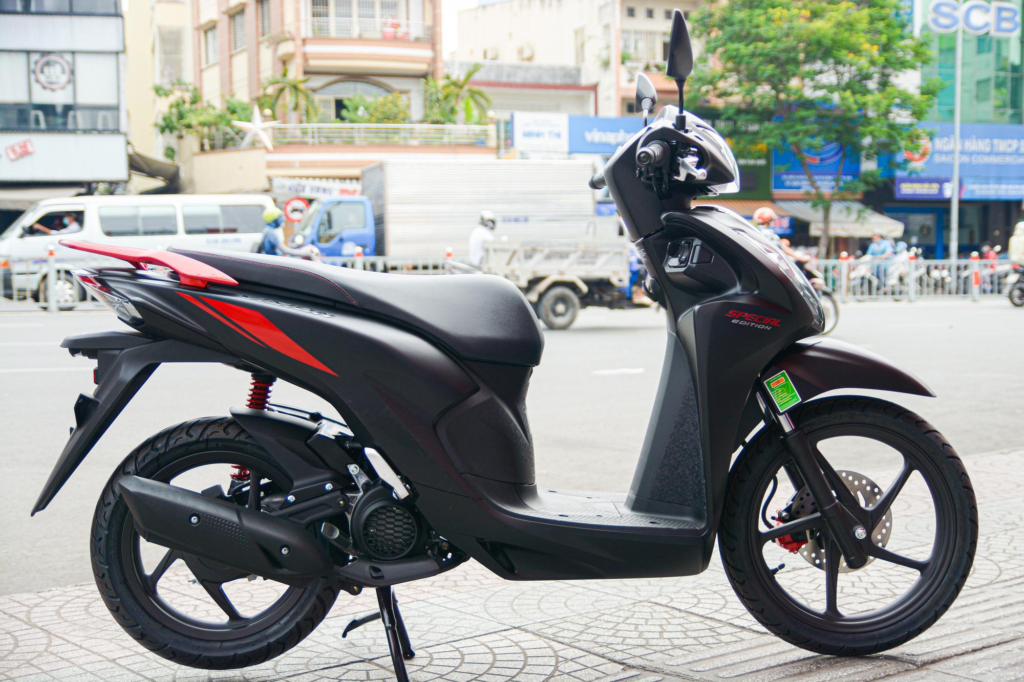 Honda Vision phiên bản mới tiếp tục bị tăng giá bán - Ảnh 1.