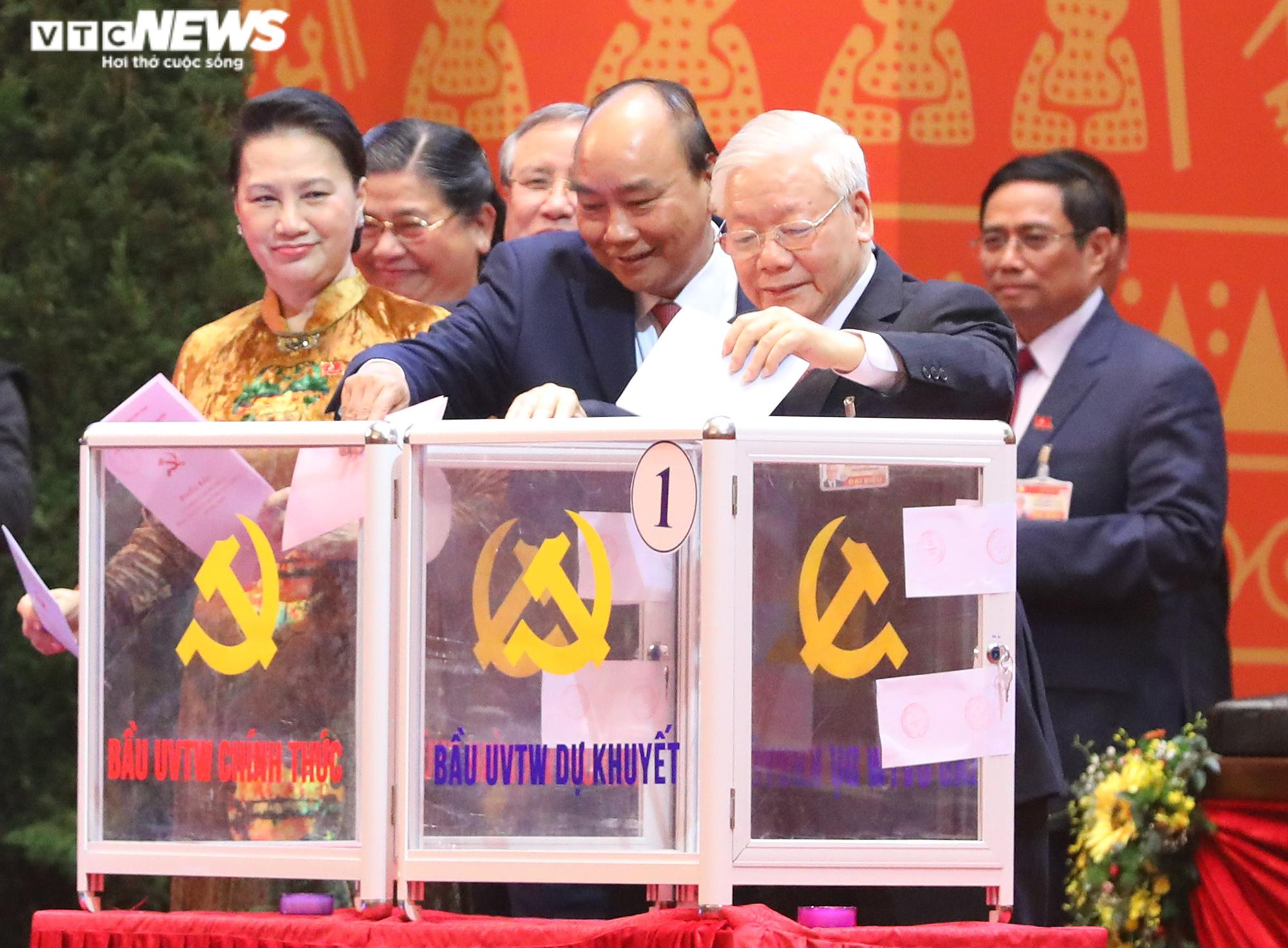 Ảnh: Bỏ phiếu bầu 200 Ủy viên Ban Chấp hành Trung ương khóa XIII - Ảnh 2.