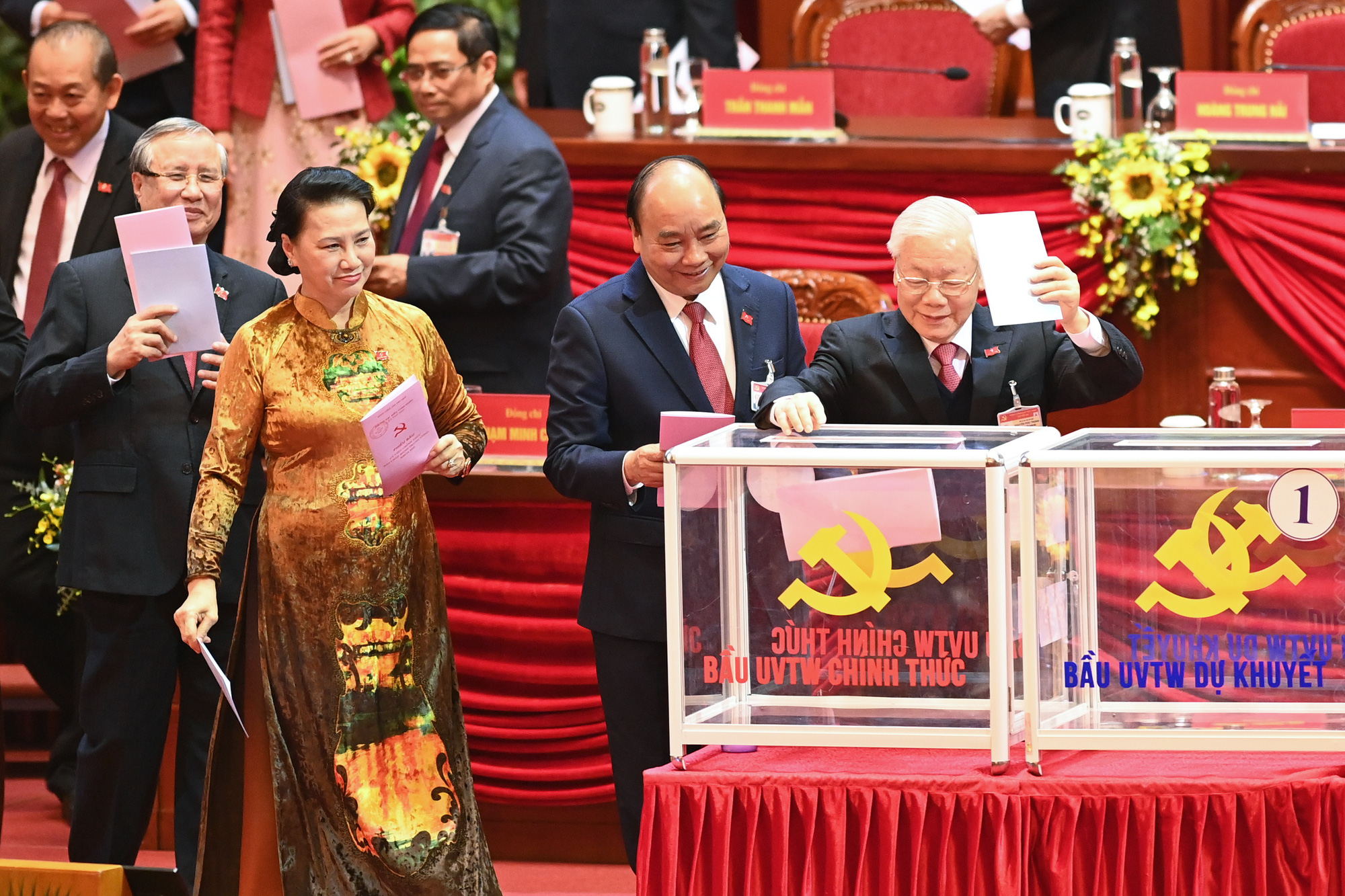 Bỏ phiếu bầu 200 Ủy viên Ban Chấp hành Trung ương khóa XIII - Ảnh 1.