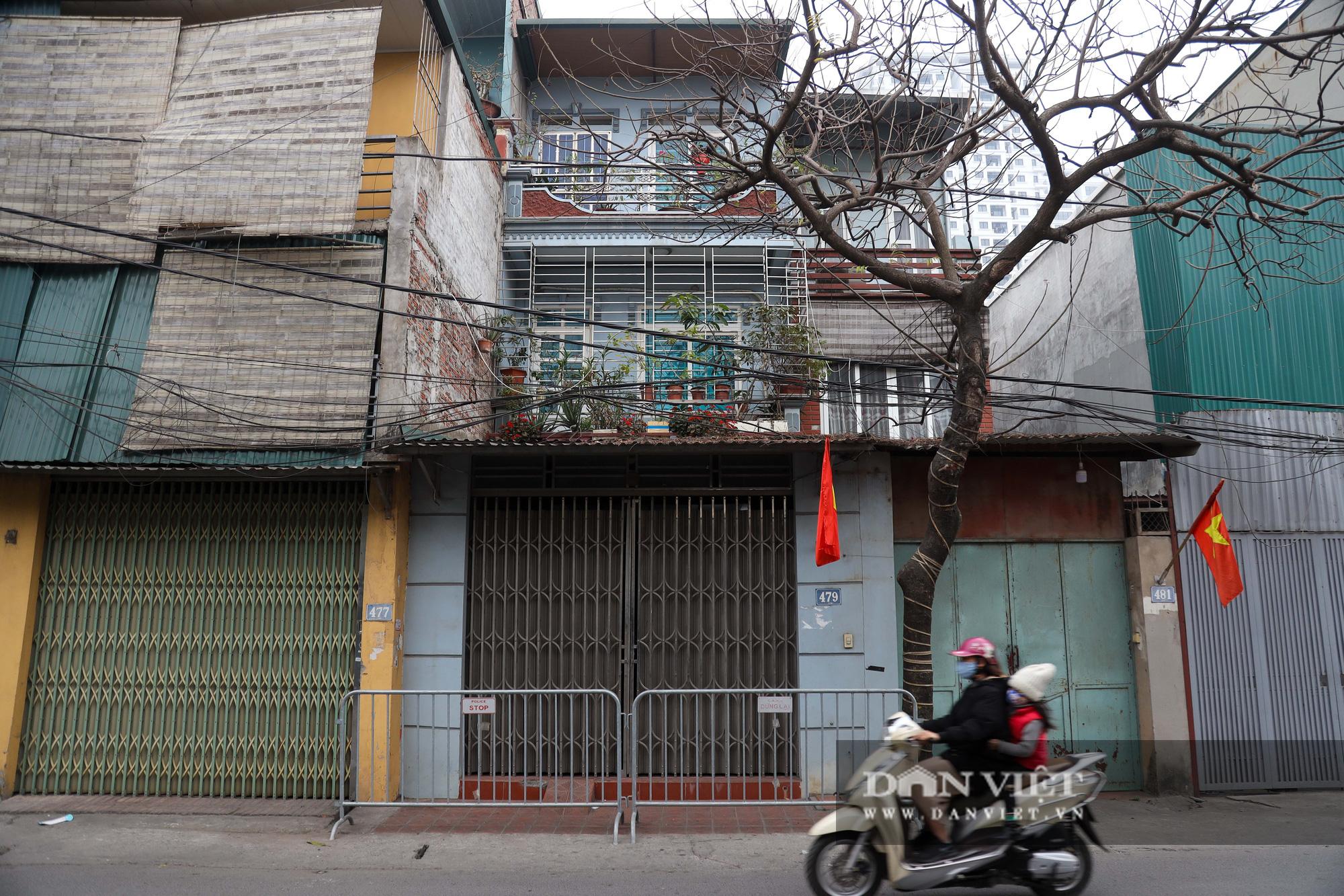 Đưa bố mẹ vợ của ca nhiễm Covid-19 thứ 3 ở Hà Nội đi cách ly - Ảnh 1.