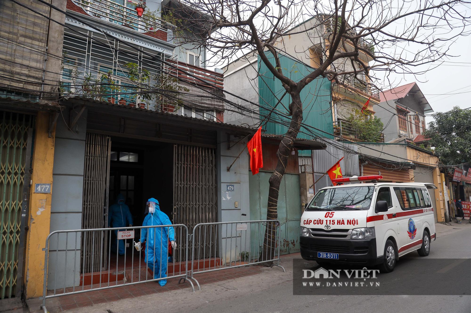 Đưa bố mẹ vợ của ca nhiễm Covid-19 thứ 3 ở Hà Nội đi cách ly - Ảnh 2.