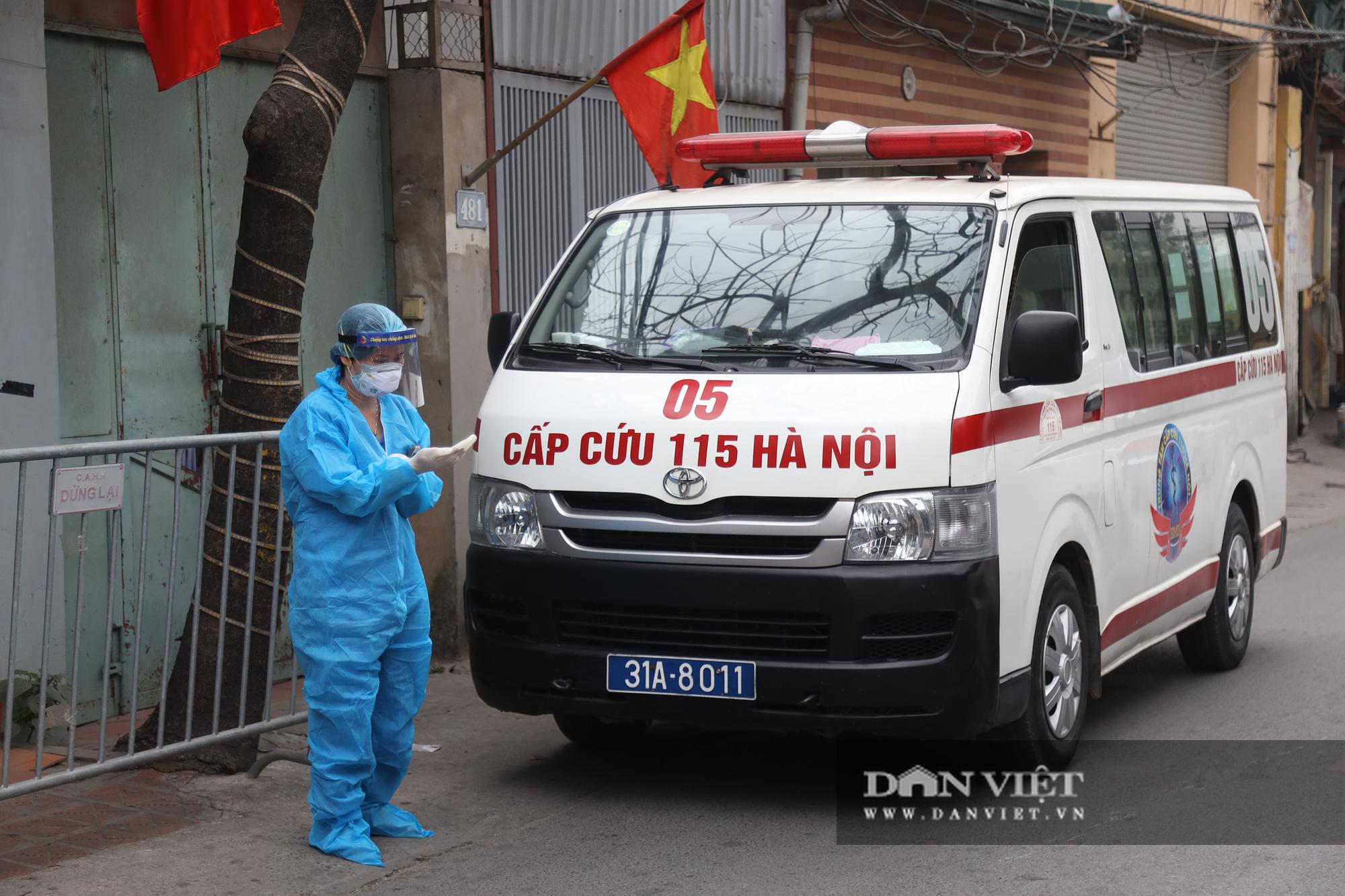 Đưa bố mẹ vợ của ca nhiễm Covid-19 thứ 3 ở Hà Nội đi cách ly - Ảnh 3.