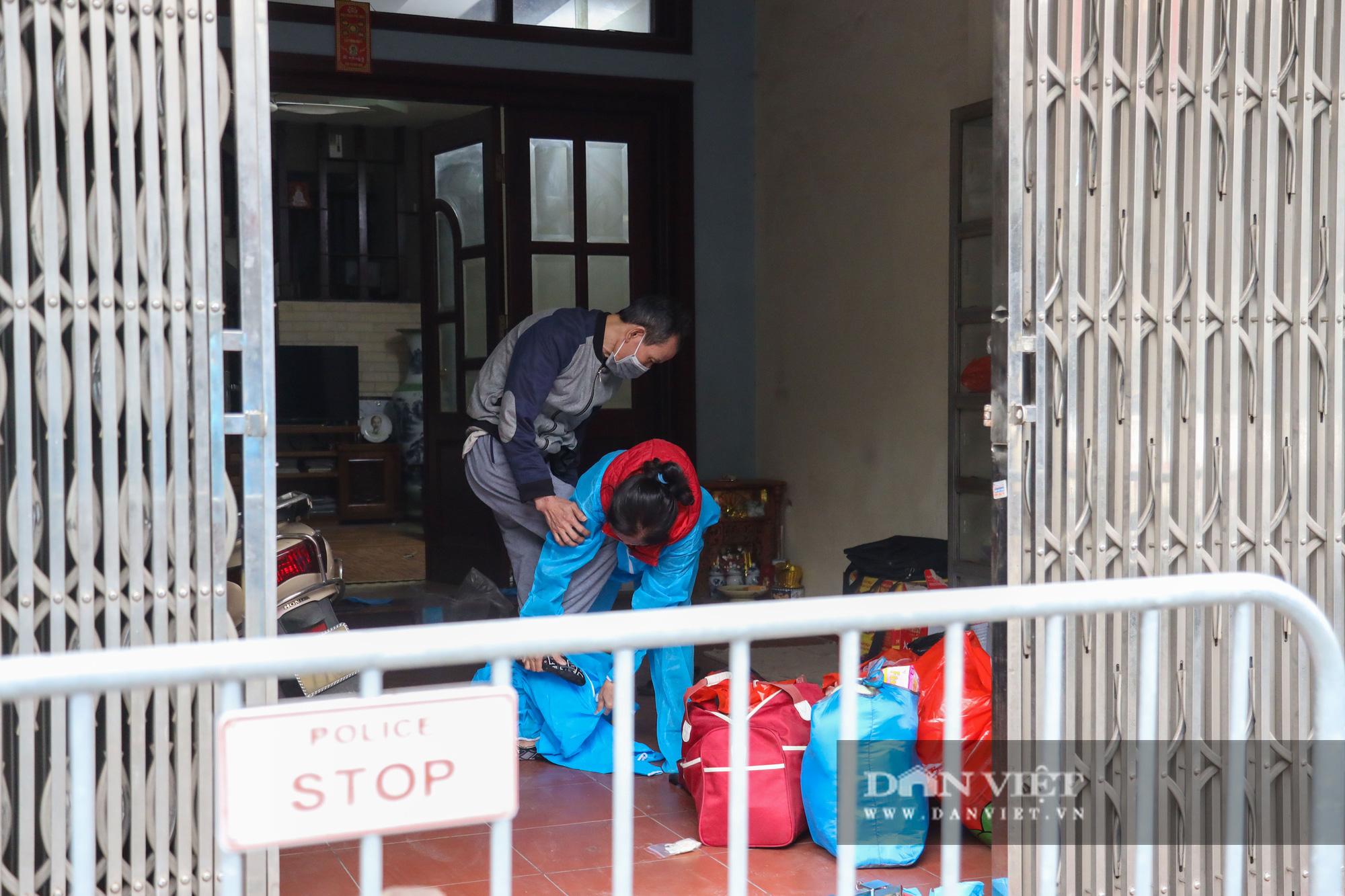 Đưa bố mẹ vợ của ca nhiễm Covid-19 thứ 3 ở Hà Nội đi cách ly - Ảnh 5.
