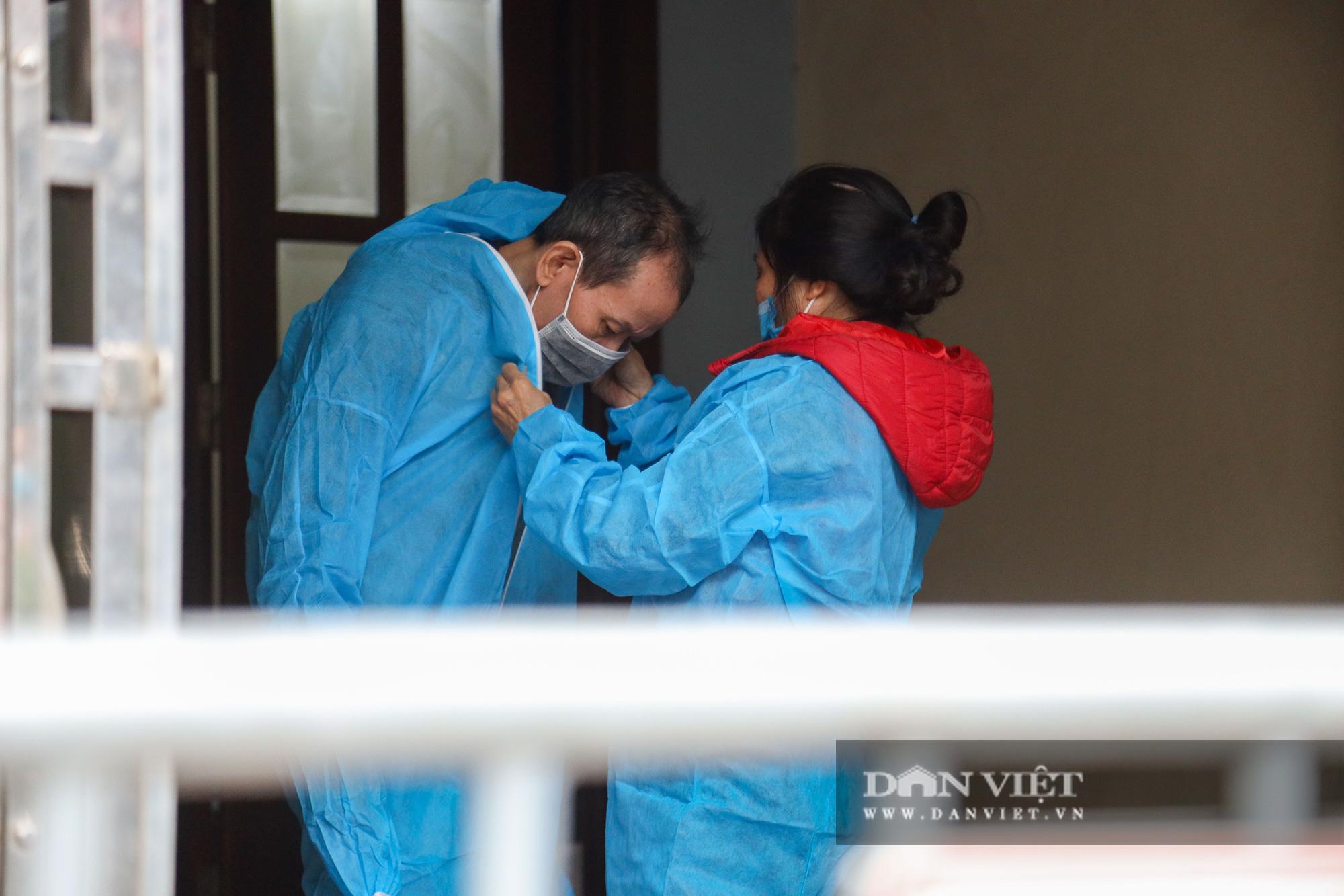 Đưa bố mẹ vợ của ca nhiễm Covid-19 thứ 3 ở Hà Nội đi cách ly - Ảnh 6.