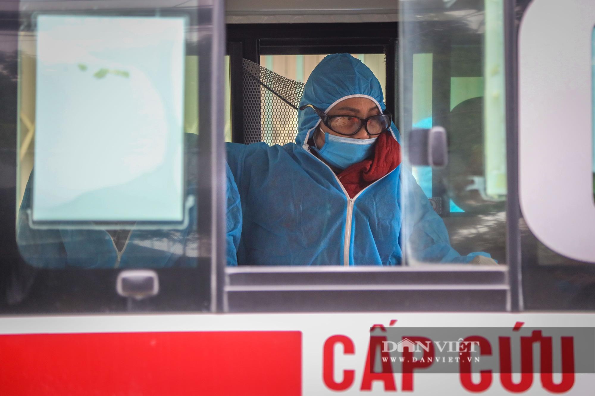 Đưa bố mẹ vợ của ca nhiễm Covid-19 thứ 3 ở Hà Nội đi cách ly - Ảnh 10.