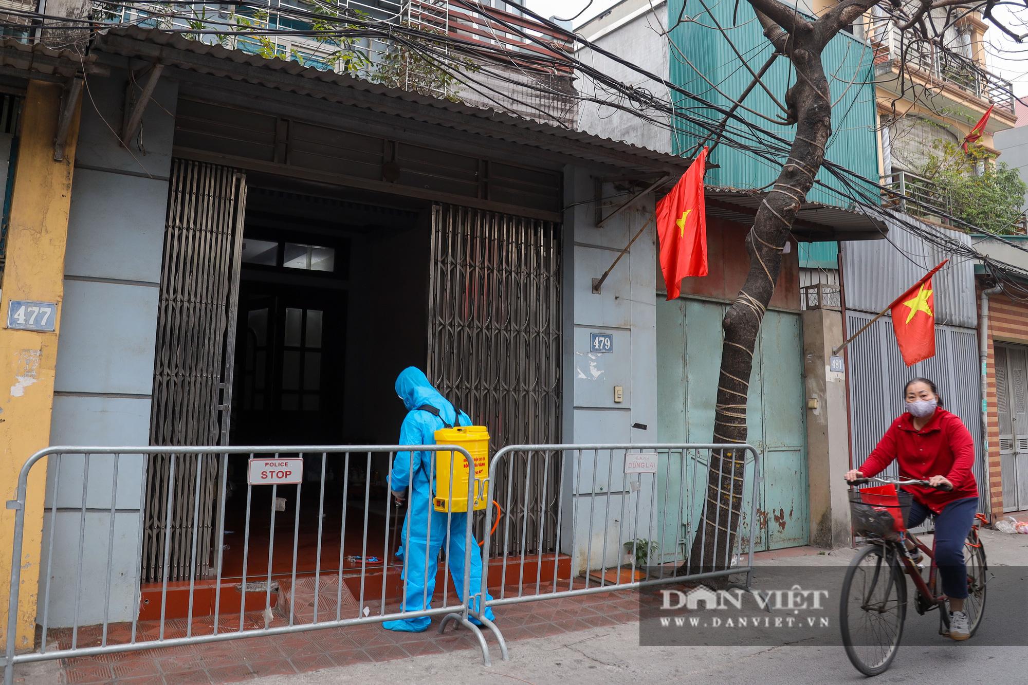 Đưa bố mẹ vợ của ca nhiễm Covid-19 thứ 3 ở Hà Nội đi cách ly - Ảnh 12.