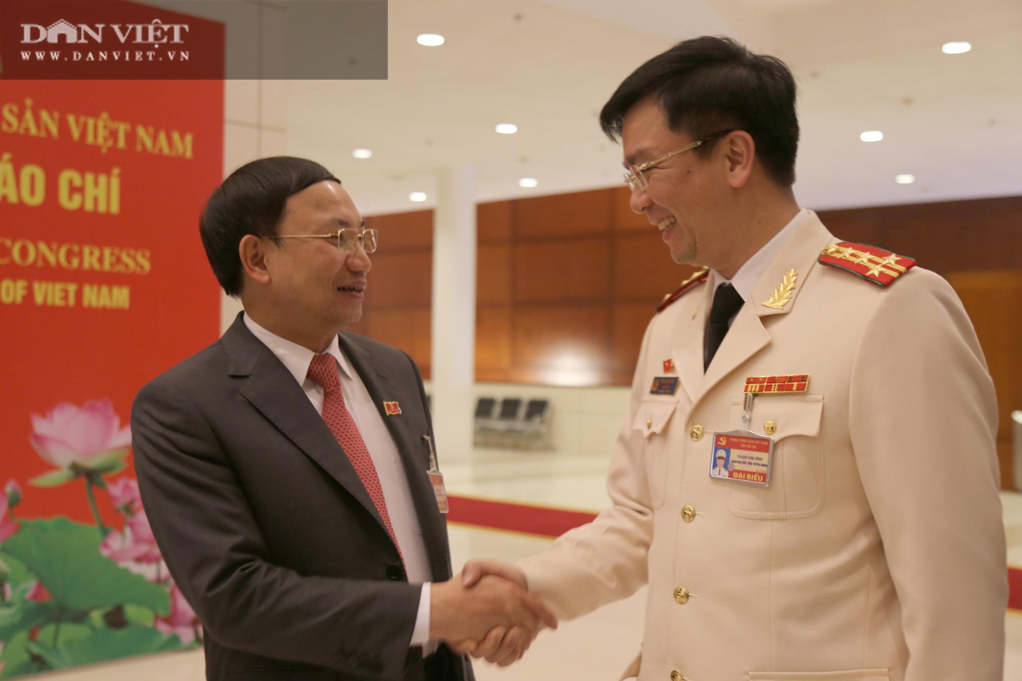 Ảnh: Niềm vui của các đại biểu trúng cử Ban Chấp hành Trung ương khóa XIII  - Ảnh 1.