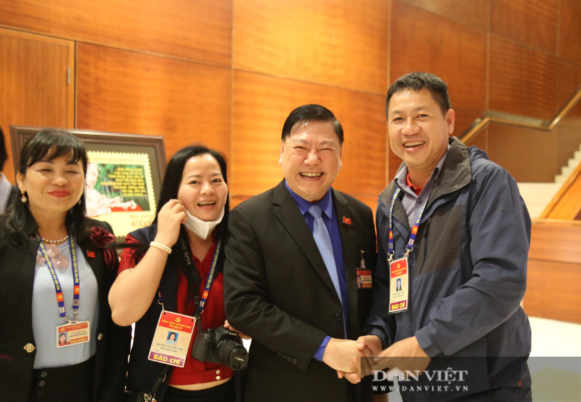Ảnh: Niềm vui của các đại biểu trúng cử Ban Chấp hành Trung ương khóa XIII  - Ảnh 4.
