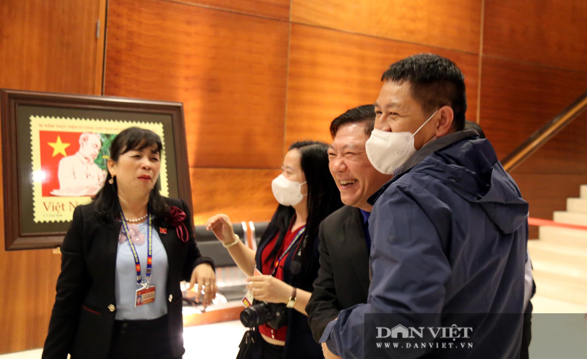 Ảnh: Niềm vui của các đại biểu trúng cử Ban Chấp hành Trung ương khóa XIII  - Ảnh 3.