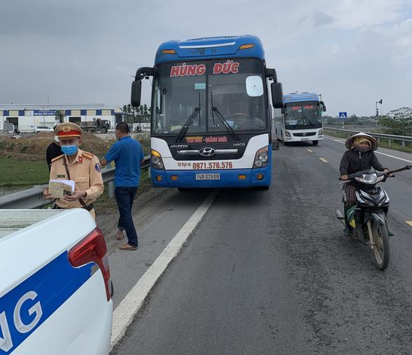 Quảng Ngãi tạm giữ xe khách và truy vết 50 hành khách từ vùng dịch - Ảnh 2.