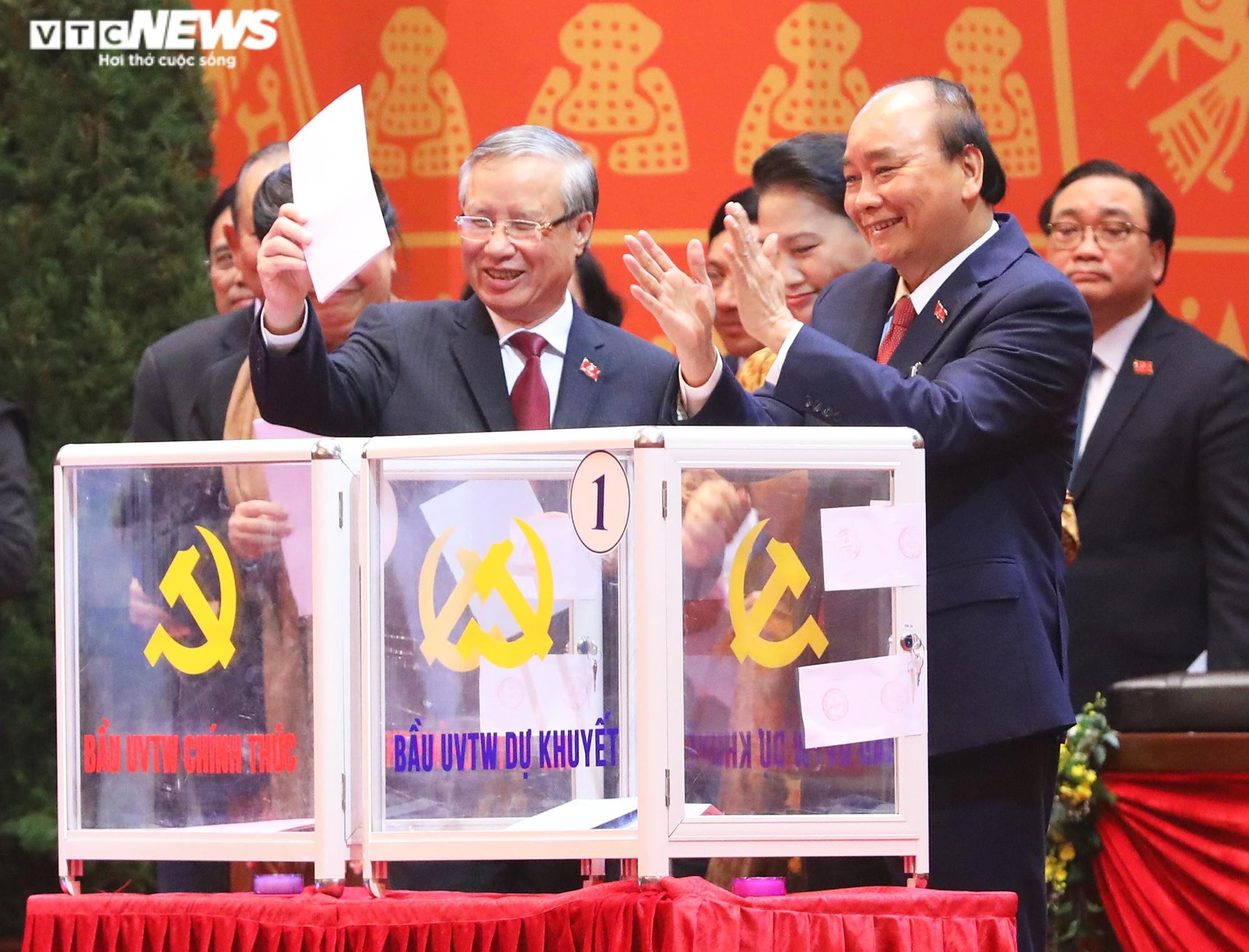 Ảnh: Bỏ phiếu bầu 200 Ủy viên Ban Chấp hành Trung ương khóa XIII - Ảnh 3.