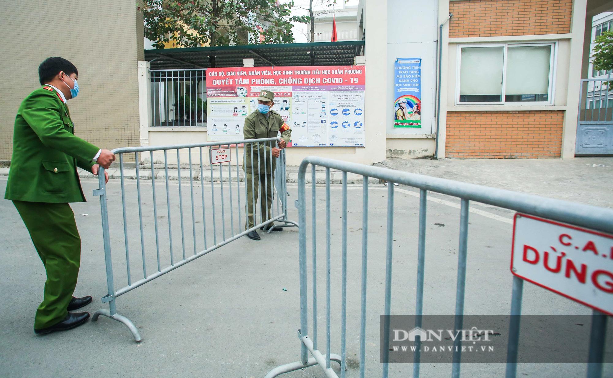 Mang mỳ tôm, bim bim cho các em học sinh bị cách ly tại trường tiểu học Xuân Phương - Ảnh 3.