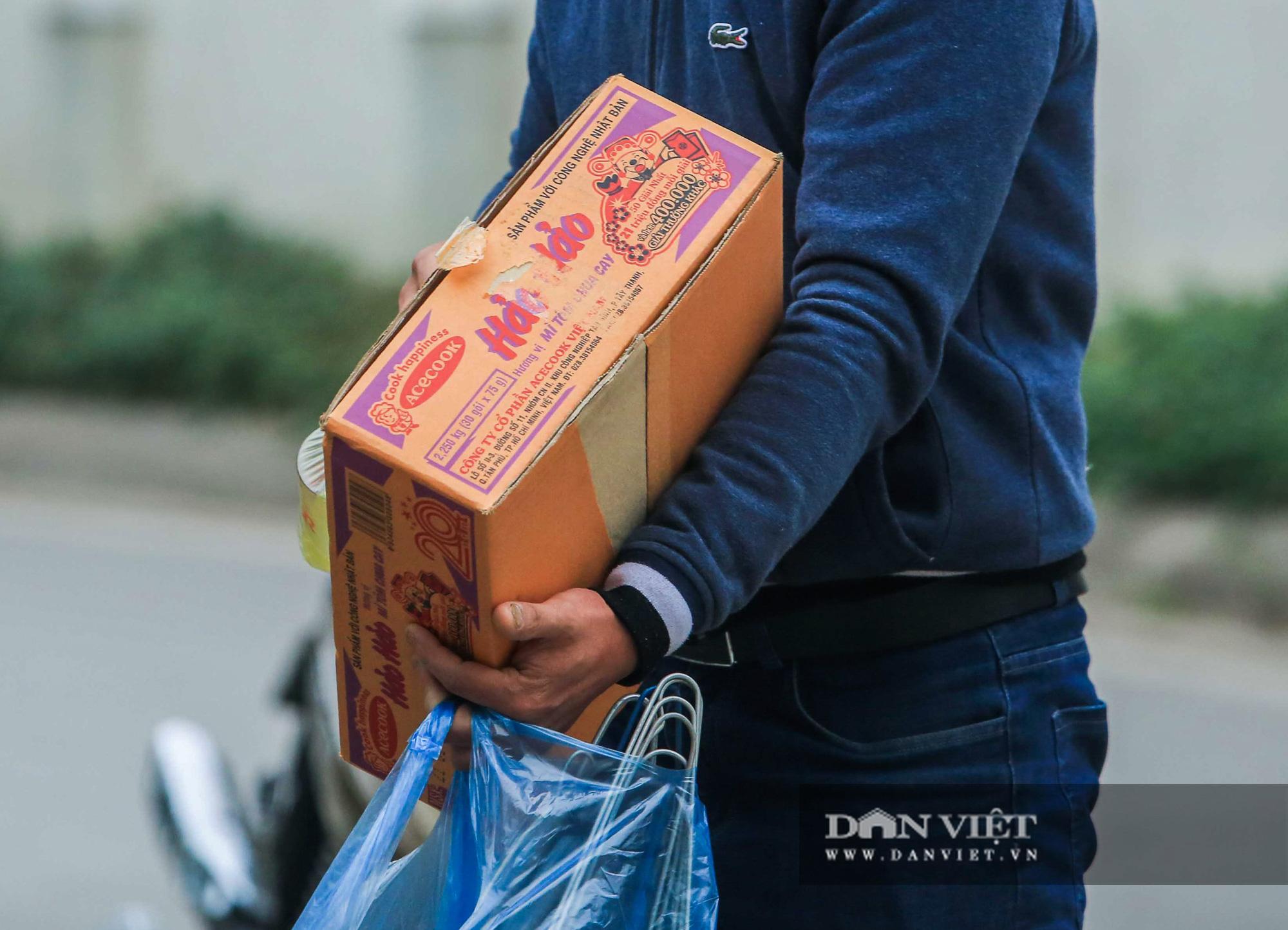 Mang mỳ tôm, bim bim cho các em học sinh bị cách ly tại trường tiểu học Xuân Phương - Ảnh 11.