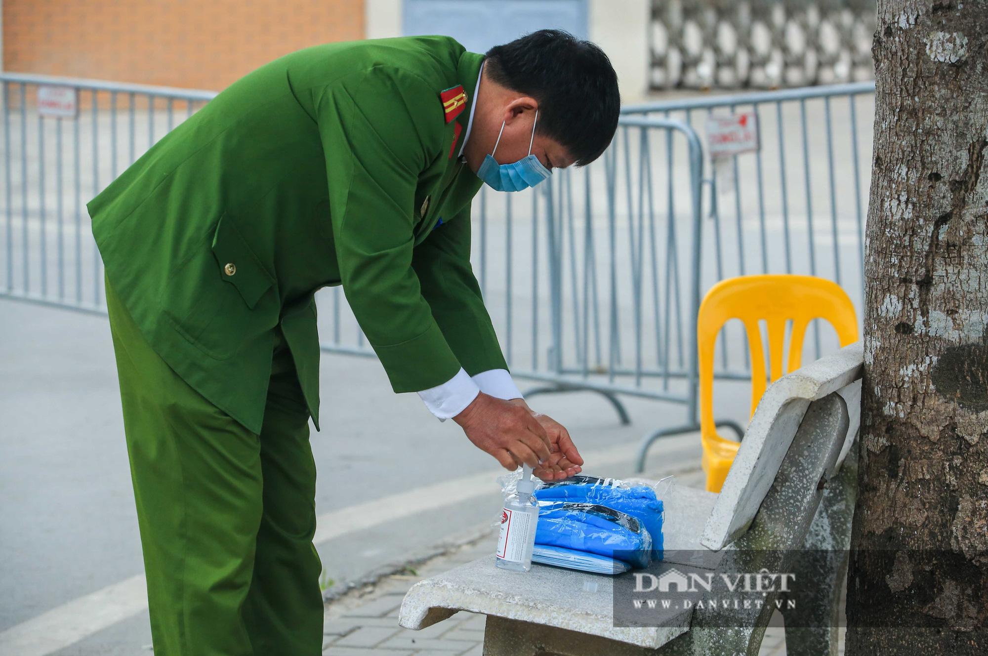 Mang mỳ tôm, bim bim cho các em học sinh bị cách ly tại trường tiểu học Xuân Phương - Ảnh 12.