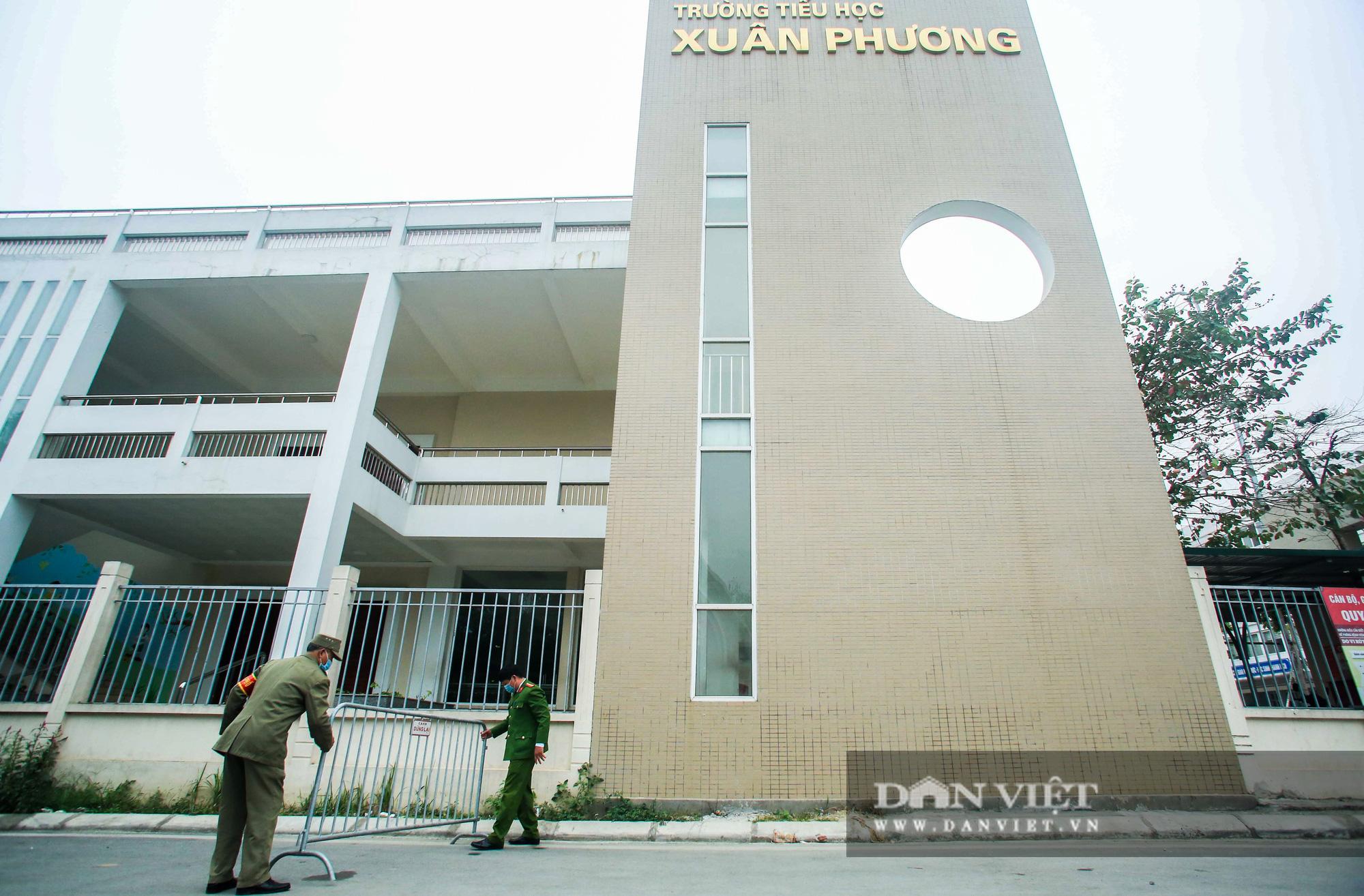 Mang mỳ tôm, bim bim cho các em học sinh bị cách ly tại trường tiểu học Xuân Phương - Ảnh 1.