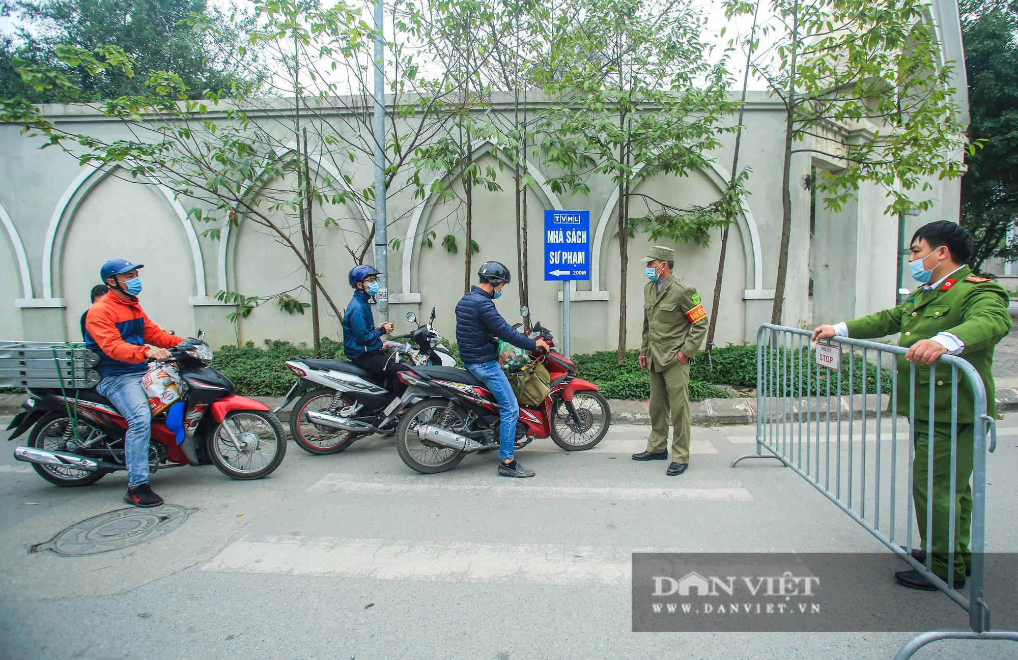 Mang mỳ tôm, bim bim cho các em học sinh bị cách ly tại trường tiểu học Xuân Phương - Ảnh 6.
