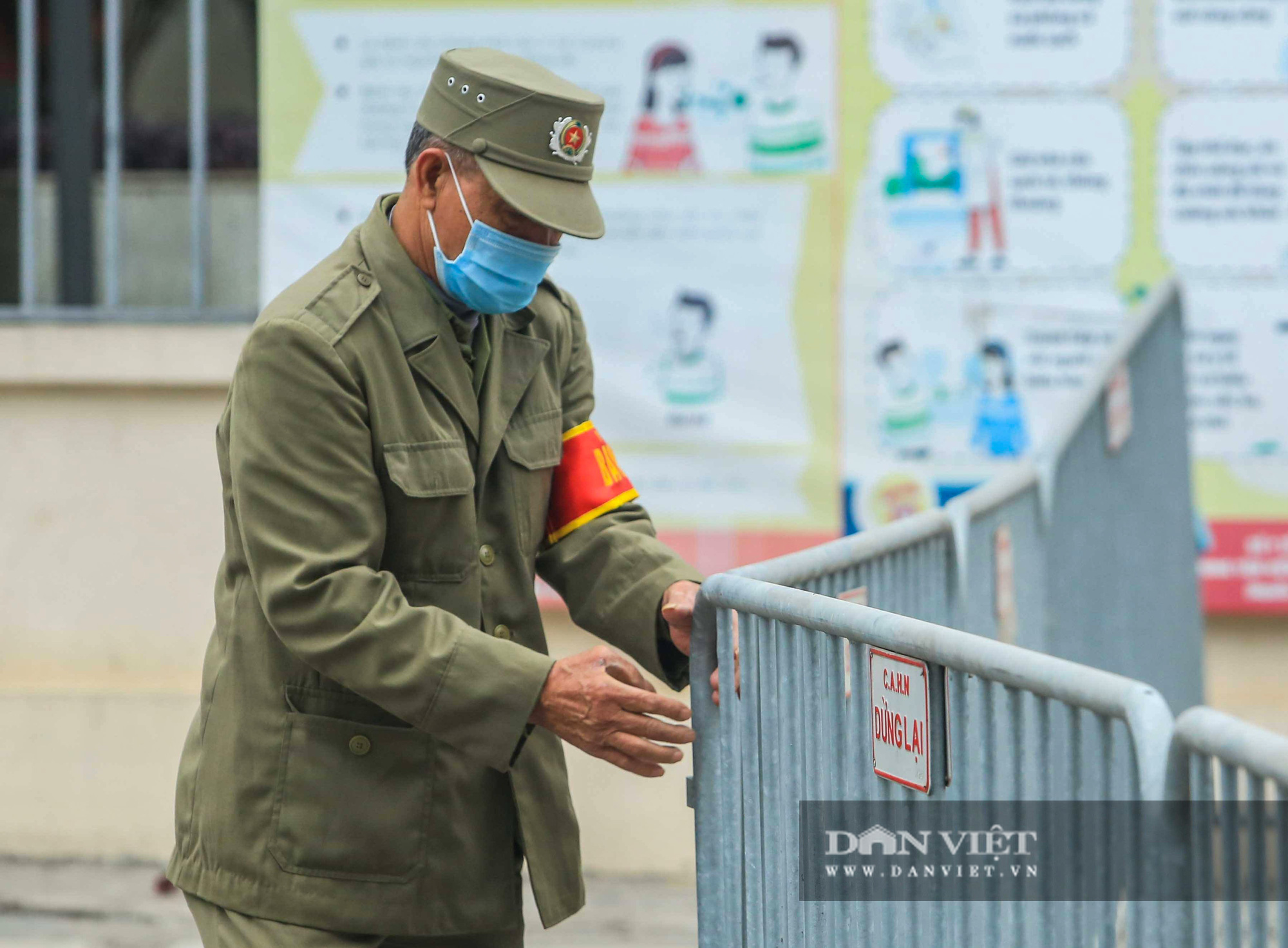 Mang mỳ tôm, bim bim cho các em học sinh bị cách ly tại trường tiểu học Xuân Phương - Ảnh 13.