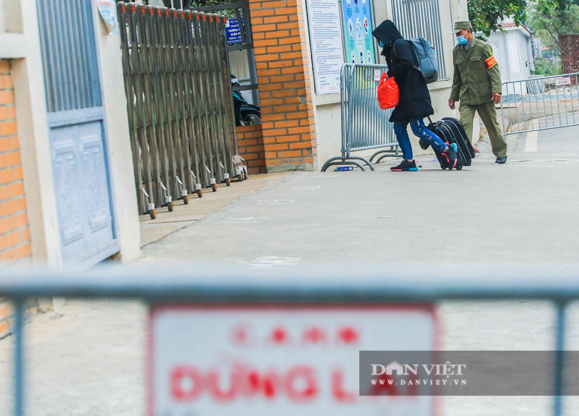 Mang mỳ tôm, bim bim cho các em học sinh bị cách ly tại trường tiểu học Xuân Phương - Ảnh 5.