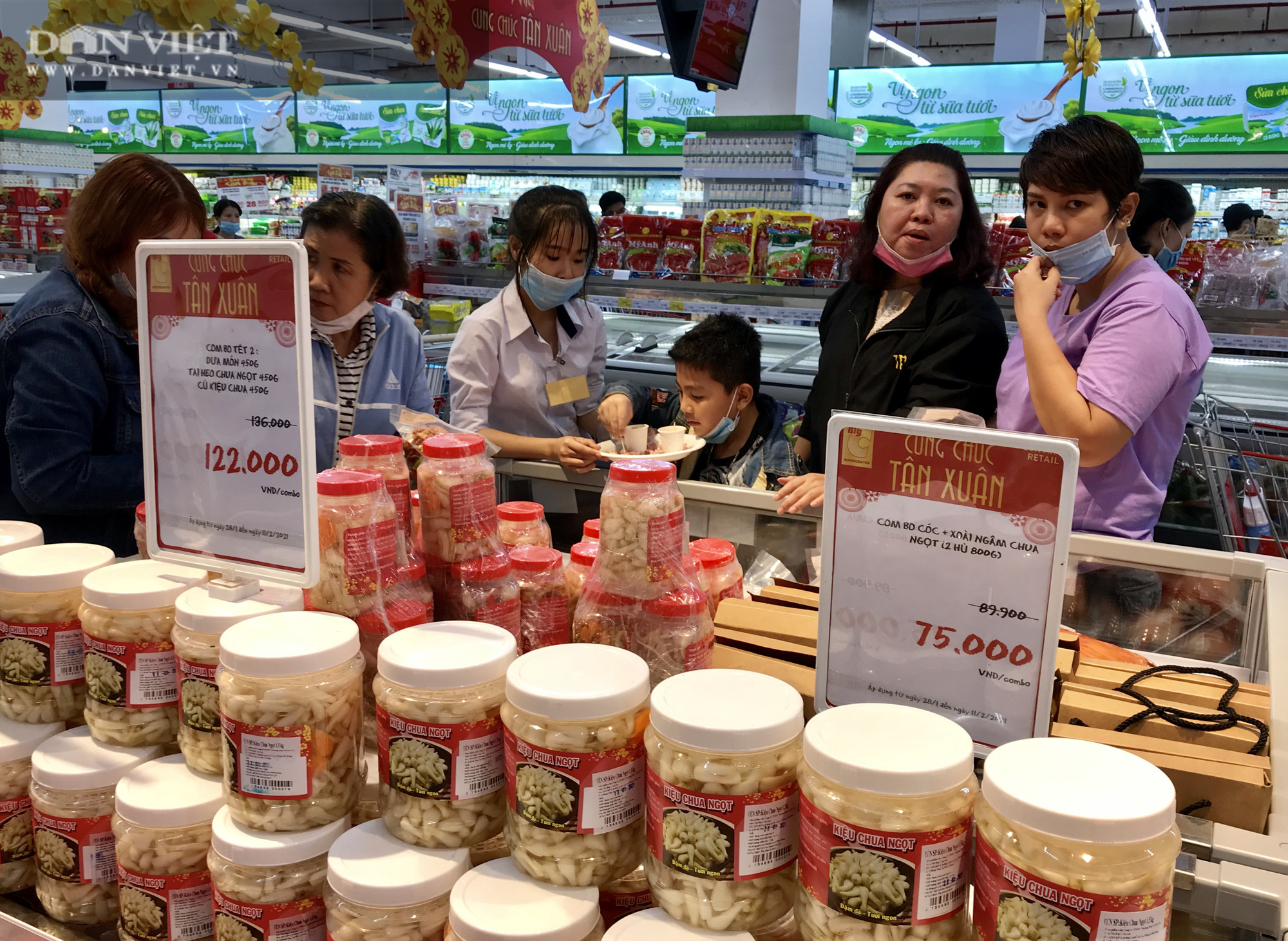 TP.HCM: Người dân ùn ùn đi siêu thị mua đồ tết vì lo Covid-19 - Ảnh 4.