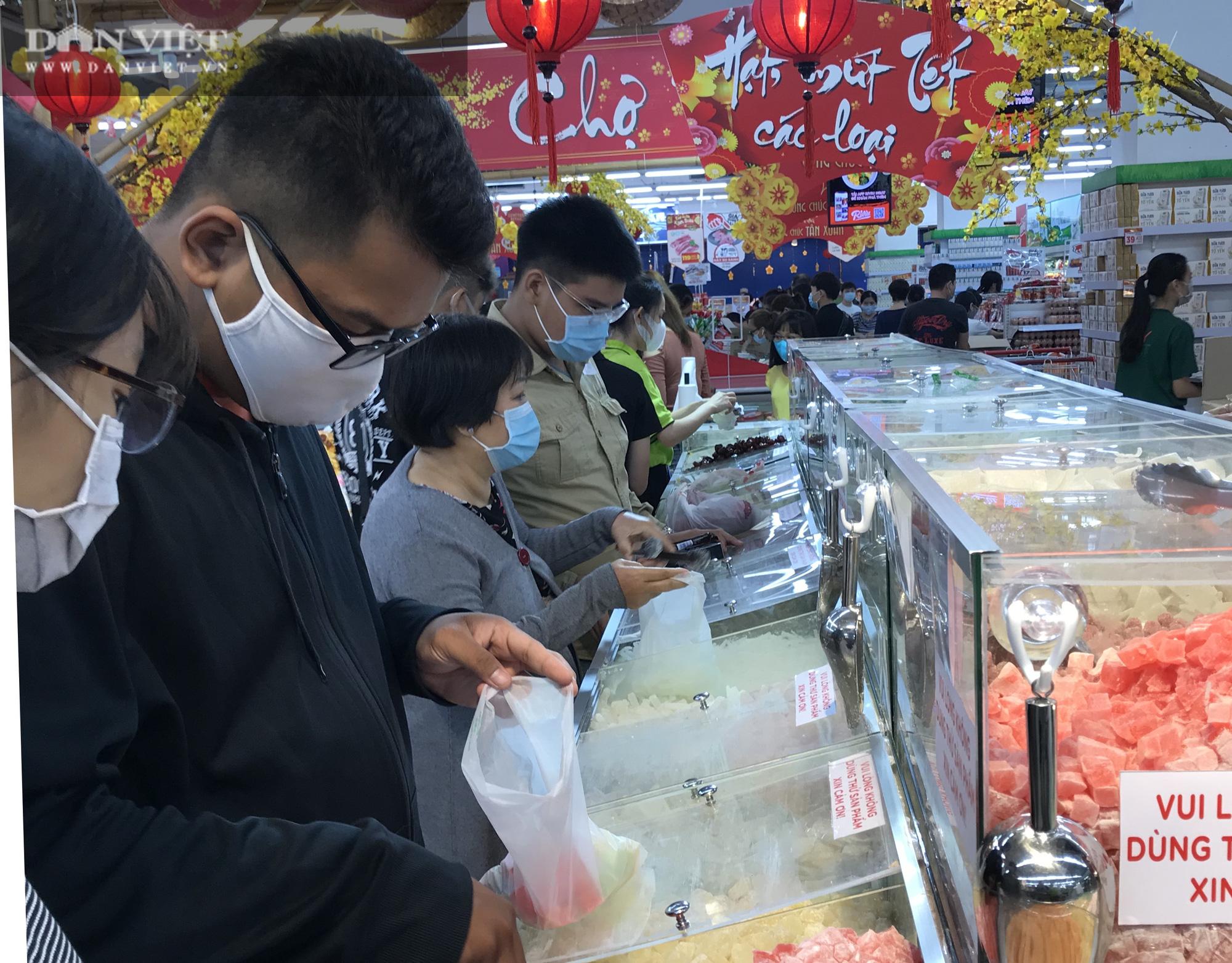 TP.HCM: Người dân ùn ùn đi siêu thị mua đồ tết vì lo Covid-19 - Ảnh 2.