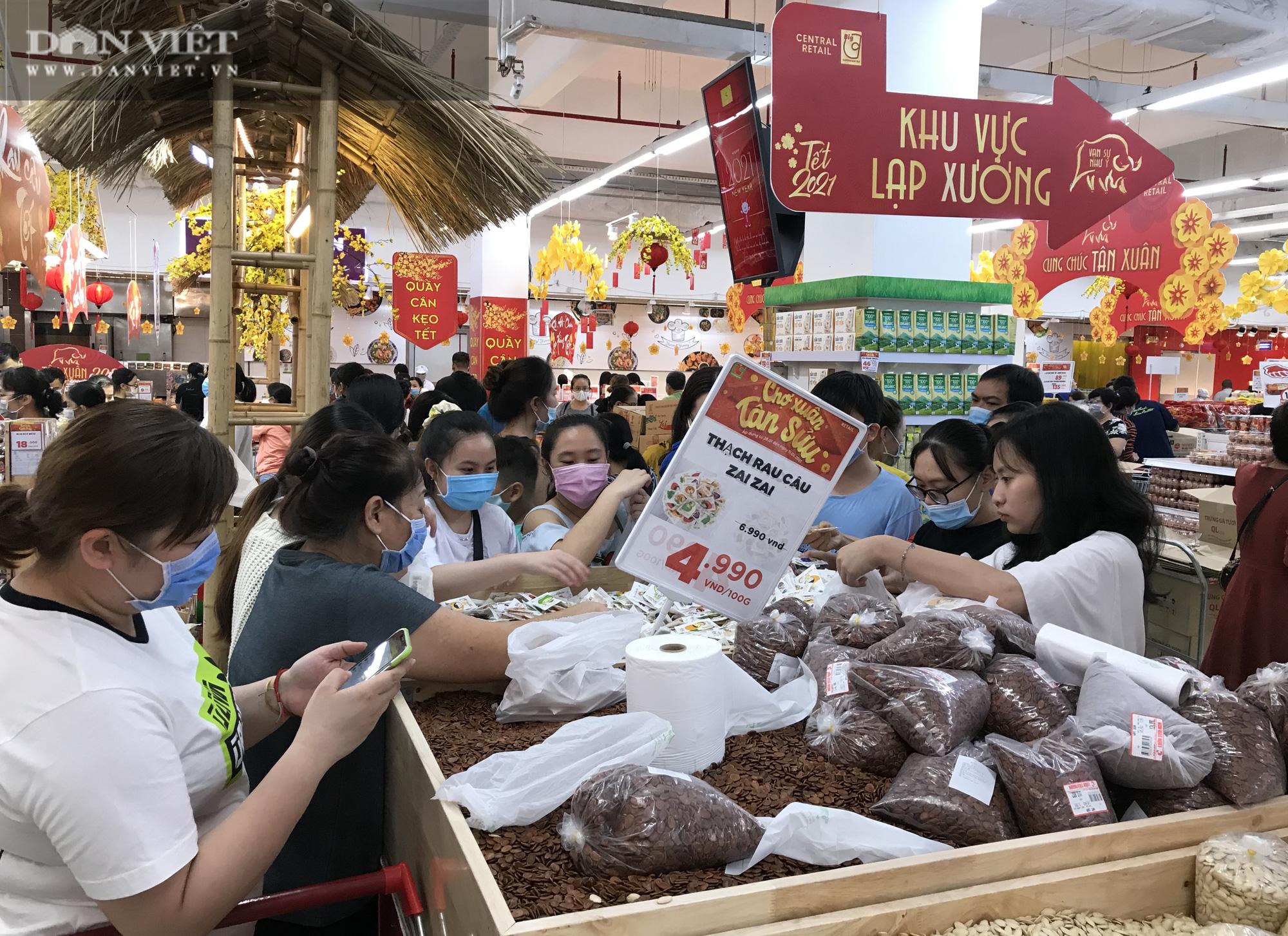 TP.HCM: Người dân ùn ùn đi siêu thị mua đồ tết vì lo Covid-19 - Ảnh 3.