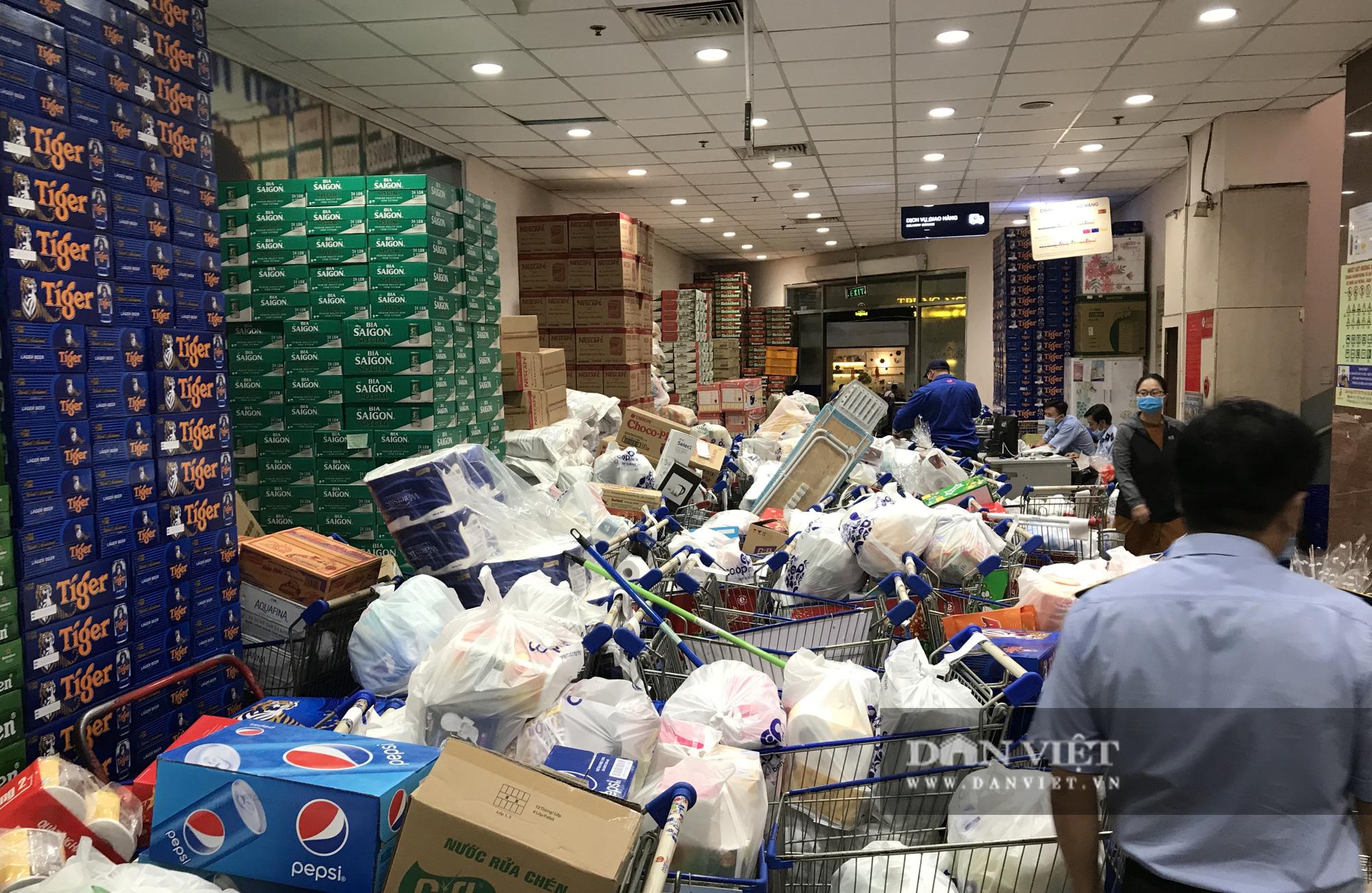 TP.HCM: Người dân ùn ùn đi siêu thị mua đồ tết vì lo Covid-19 - Ảnh 14.
