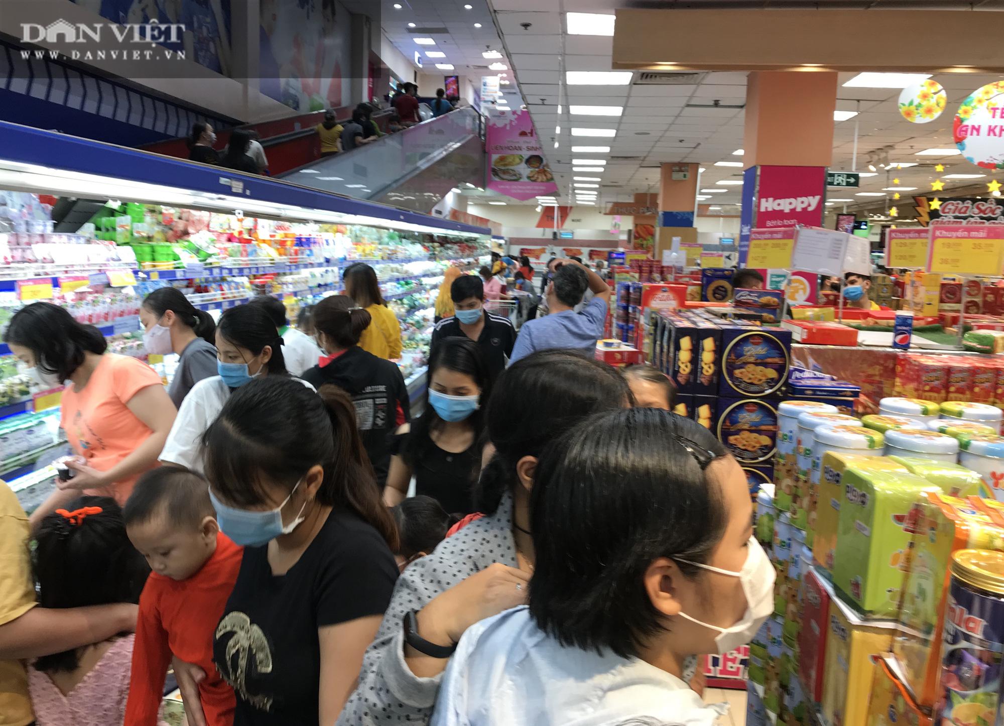 TP.HCM: Người dân ùn ùn đi siêu thị mua đồ tết vì lo Covid-19 - Ảnh 1.