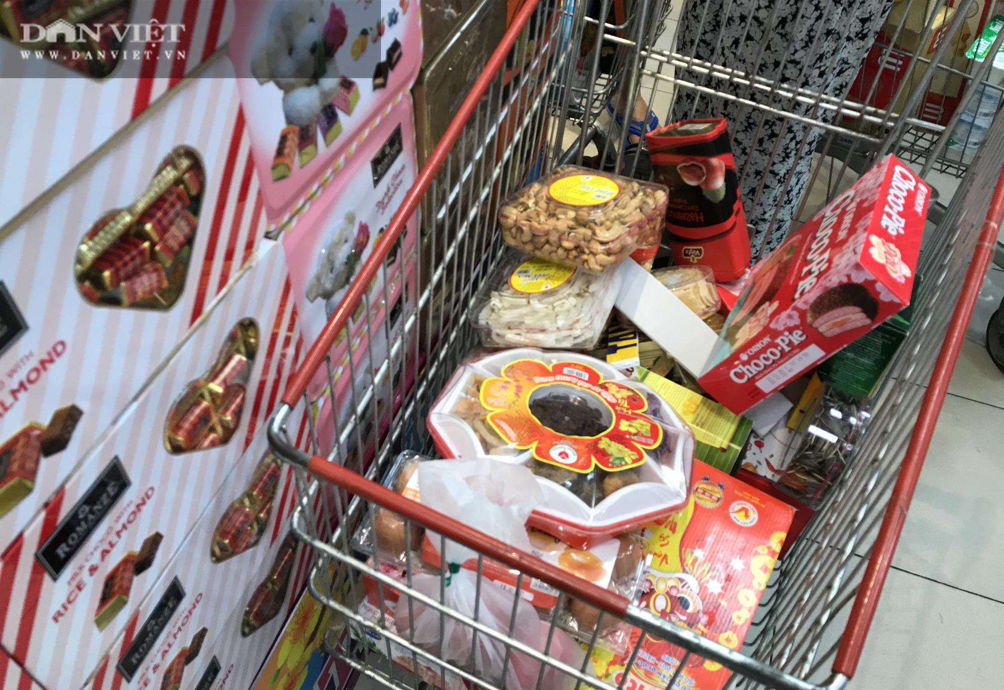 TP.HCM: Người dân ùn ùn đi siêu thị mua đồ tết vì lo Covid-19 - Ảnh 9.