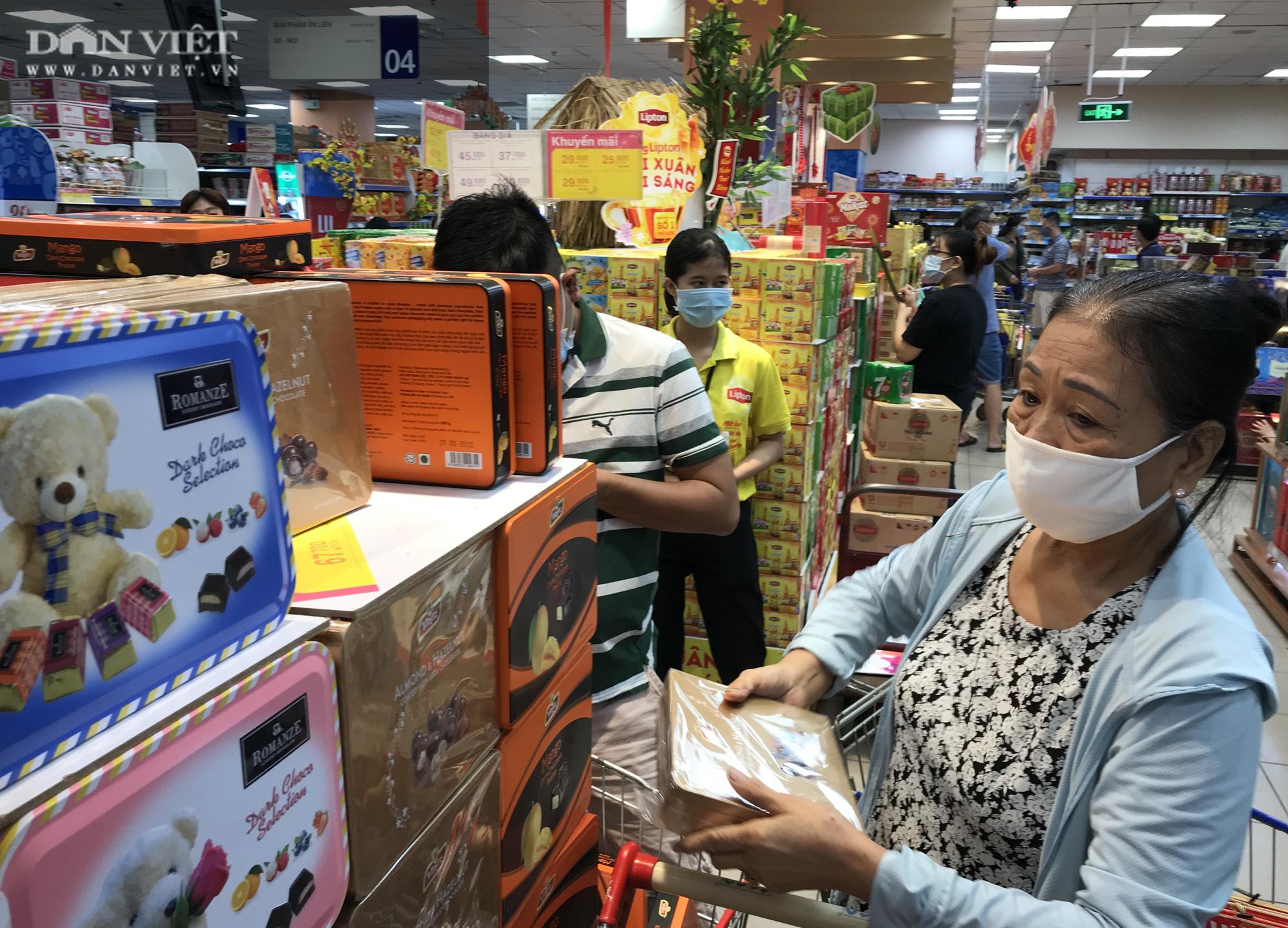 TP.HCM: Người dân ùn ùn đi siêu thị mua đồ tết vì lo Covid-19 - Ảnh 7.