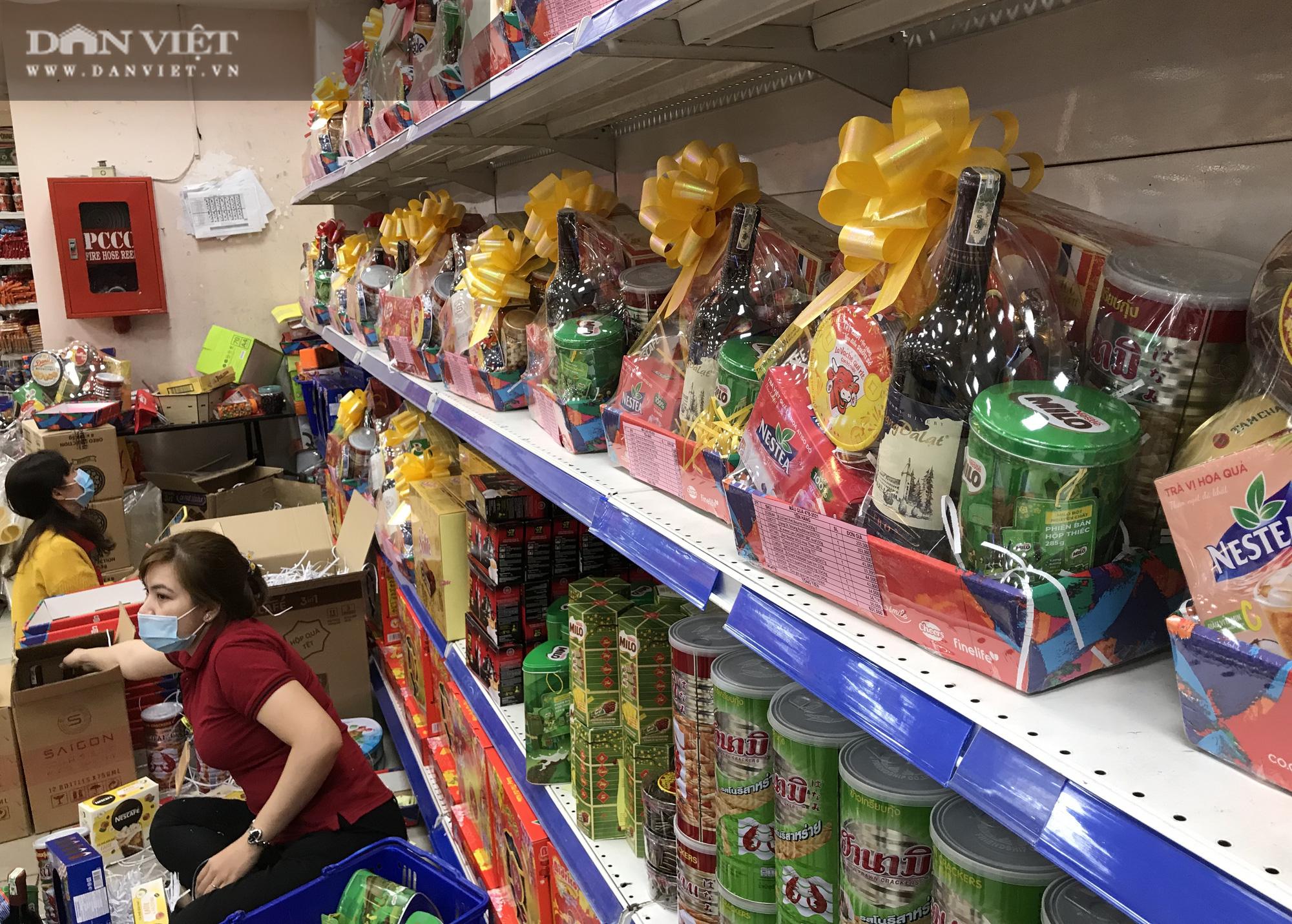 TP.HCM: Người dân ùn ùn đi siêu thị mua đồ tết vì lo Covid-19 - Ảnh 11.