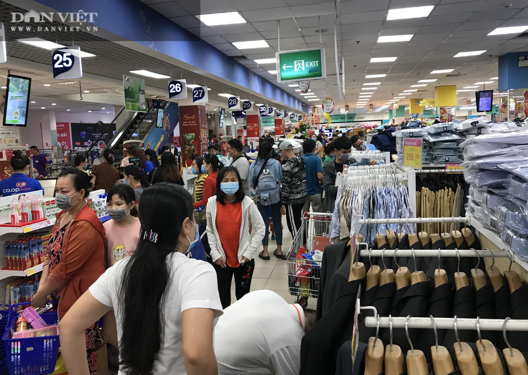 TP.HCM: Người dân ùn ùn đi siêu thị mua đồ tết vì lo Covid-19 - Ảnh 6.