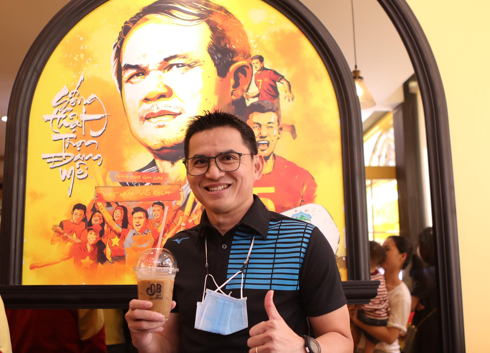 Zico Thái ngẫu hứng đàn hát bên ly cà phê của Bầu Đức - Ảnh 1.