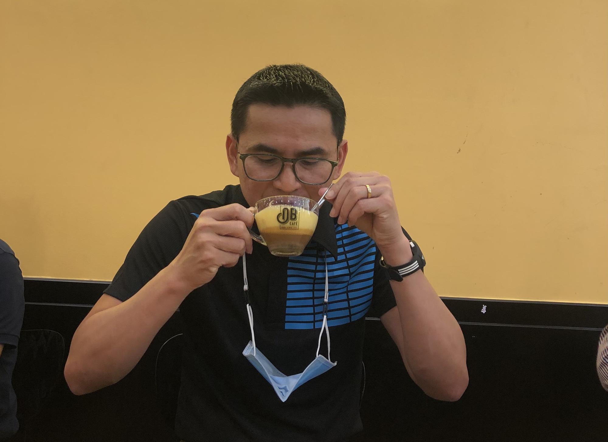 Zico Thái ngẫu hứng đàn hát bên ly cà phê của Bầu Đức - Ảnh 2.
