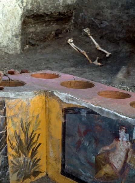 """""""Chấn động"""" thế giới: Tiệm ăn nhanh từ 2000 năm trước ở La Mã cổ đại với hài cốt bí ẩn bên trong - Ảnh 3."""